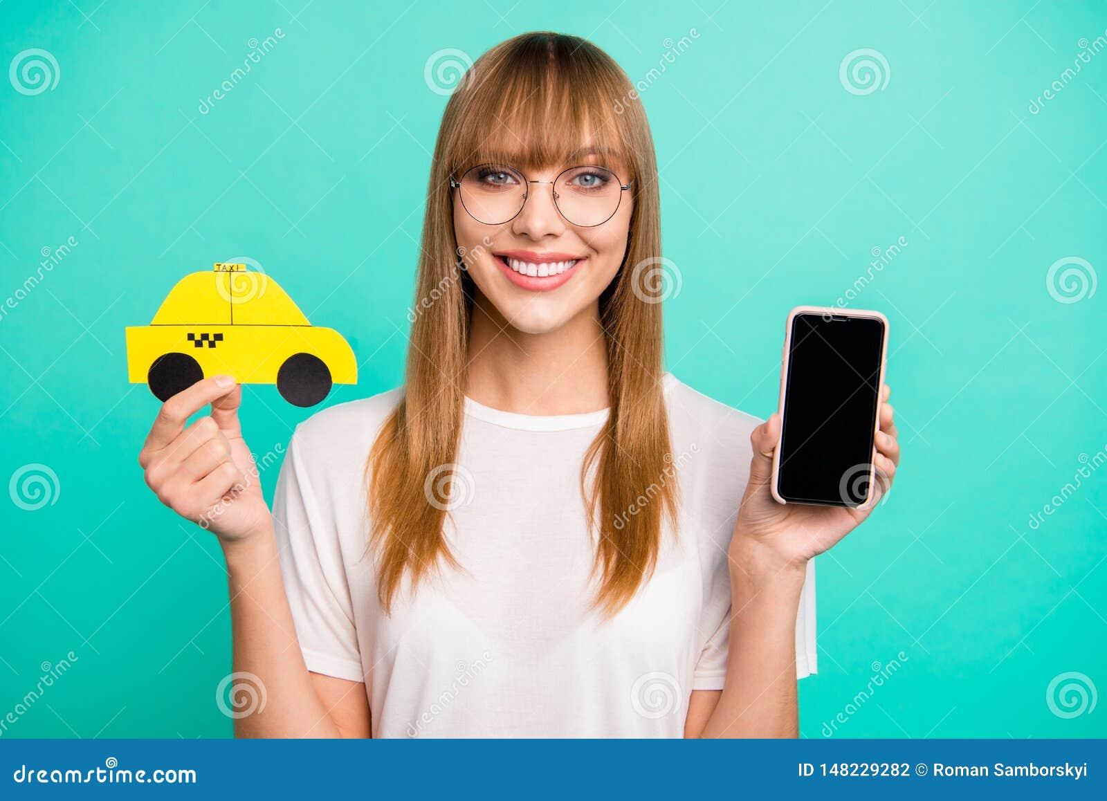 Feche acima a foto bonita ela seu carro do táxi do papel do telefone da posse do braço da senhora que recomenda o serviço rápido