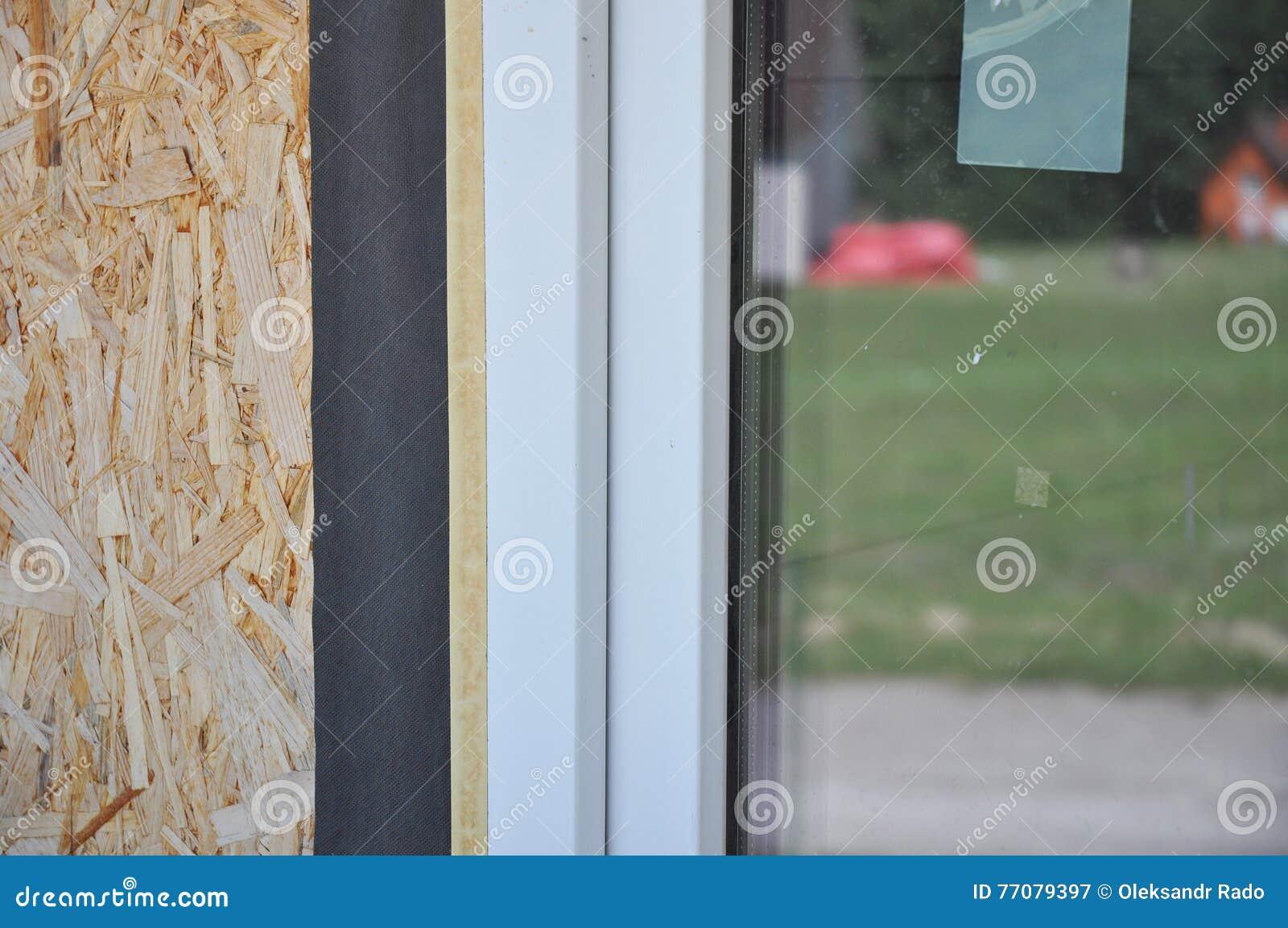 Feche acima no detalhe waterproofing do filme da instalação das janelas A instalação da janela e guia da substituição Impeça esca