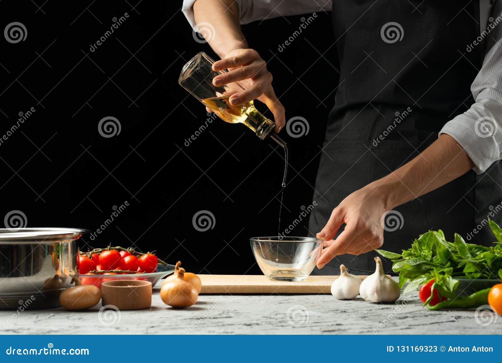 Feche o chef& x27; mãos de s, preparando um molho de tomate italiano para o macarrão Pizza O conceito da receita de cozimento ita