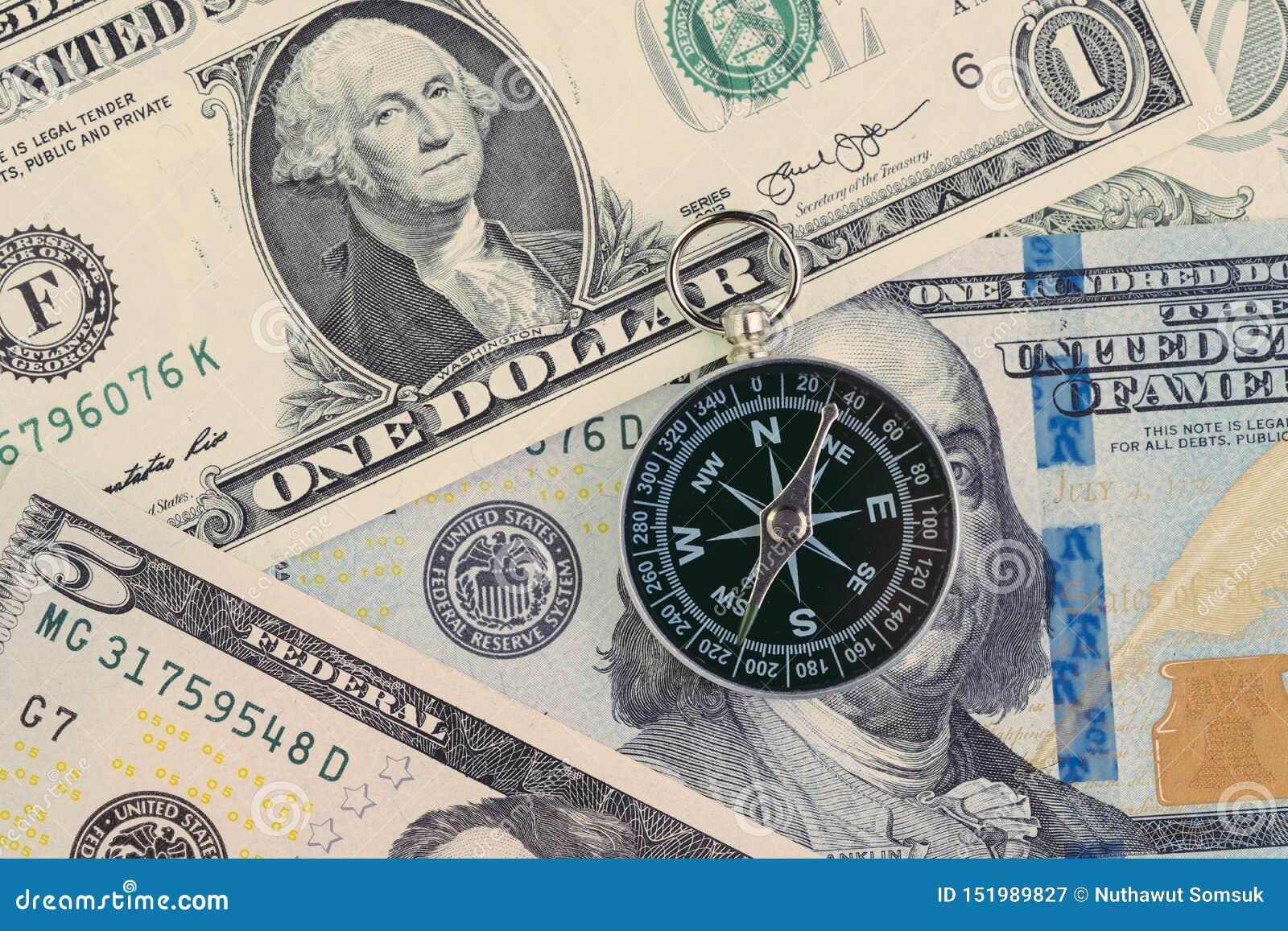 FED Federal Reserve av USA-regeringriktningen på räntesatsbegreppet, kompass på US dollarsedel med det Feral Reserve emblemet