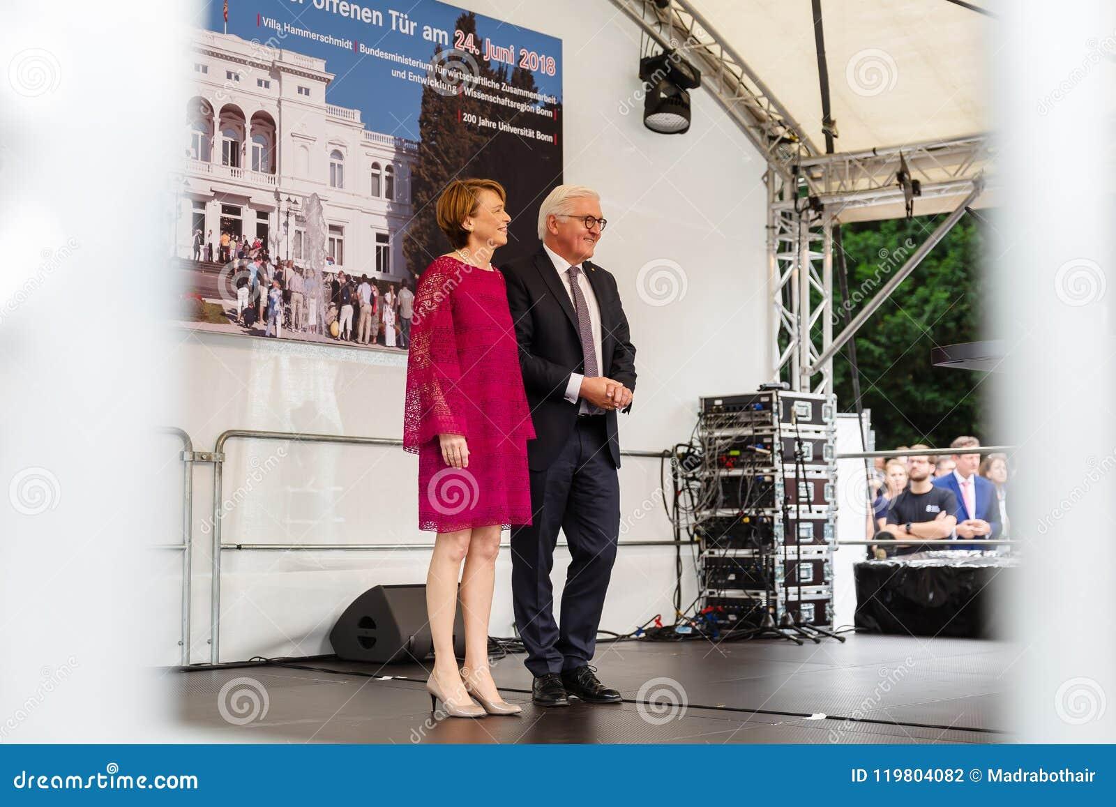 Federacyjny prezydent Niemcy, Frank Walter Steinmeier i jego żona przy jawnego domu dniem w Bonn, Niemcy