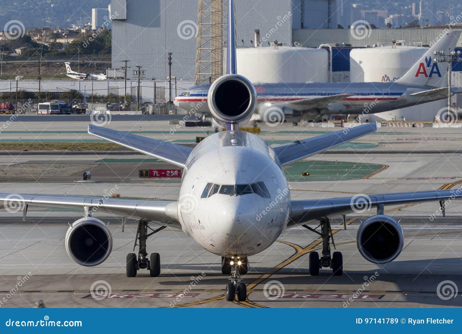 Federale Uitdrukkelijke de ladingsvliegtuigen van Fedex McDonnell Douglas M.D.-11F bij de Internationale Luchthaven van Los Angel