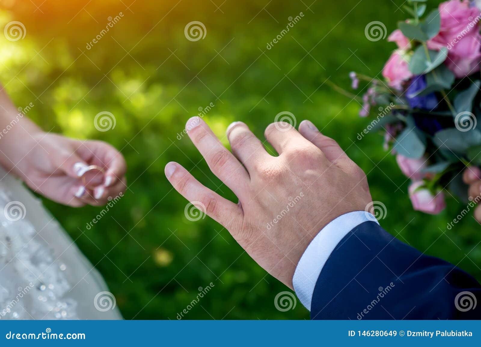 Fedi nuziali alle nozze, primo piano di scambio delle mani