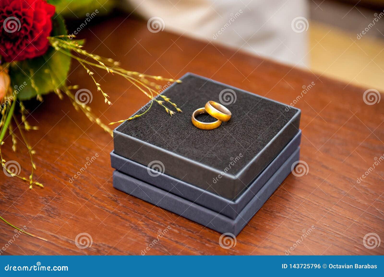 Fedi nuziali in cassa nera sulla tavola di legno