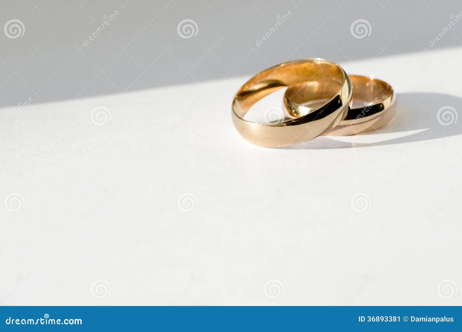 Download Fedi nuziali dorate immagine stock. Immagine di aggancio - 36893381