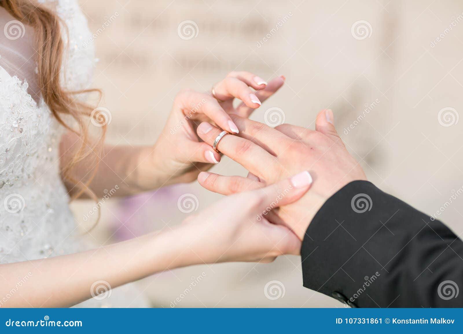 Fedi nuziali e mani della sposa e dello sposo giovani coppie di nozze a cerimonia matrimony Uomo e donna nell amore Due