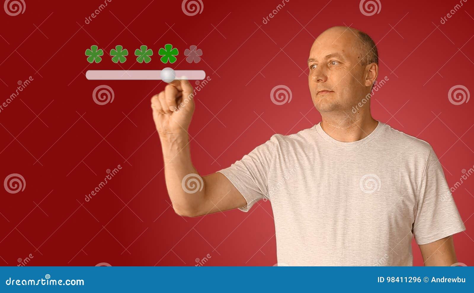 Feedback cinco estrelas do homem na tela virtual O slider do movimento do homem novo para ajustar a avaliação dos serviços de um