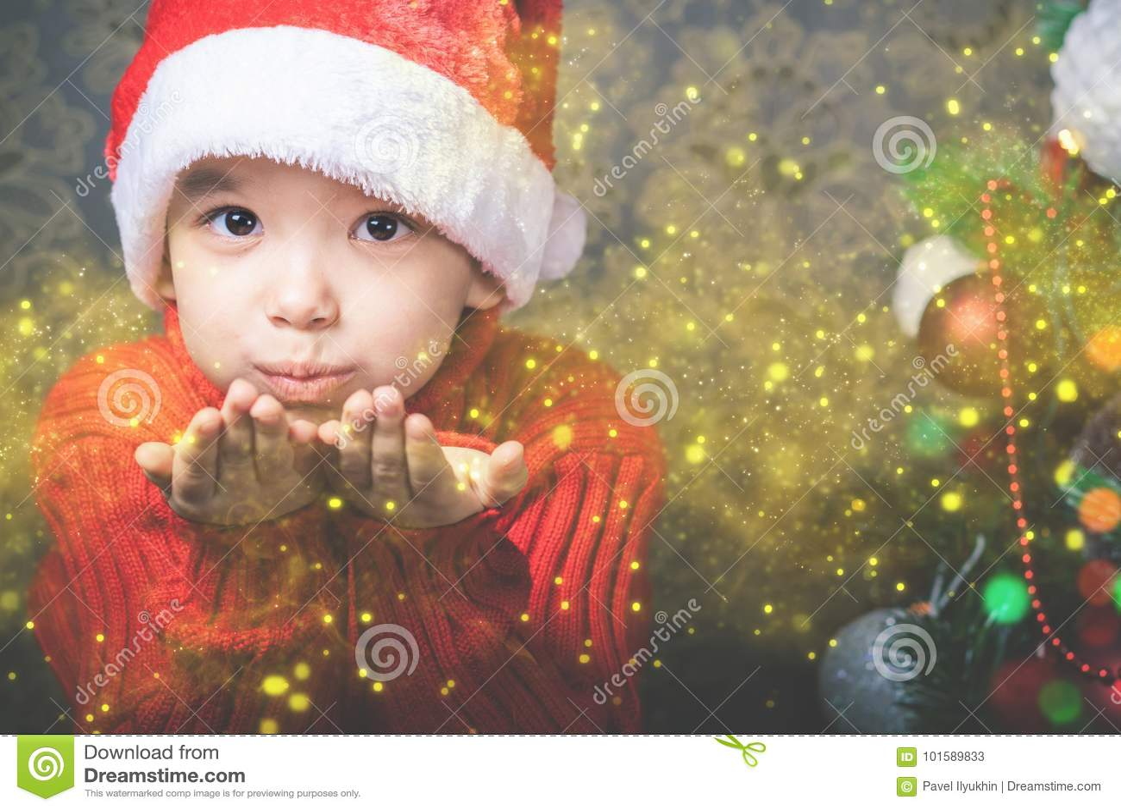 Feenhaftes durchbrennendes feenhaftes magisches Funkeln des kleinen Jungen, stardust am Weihnachten