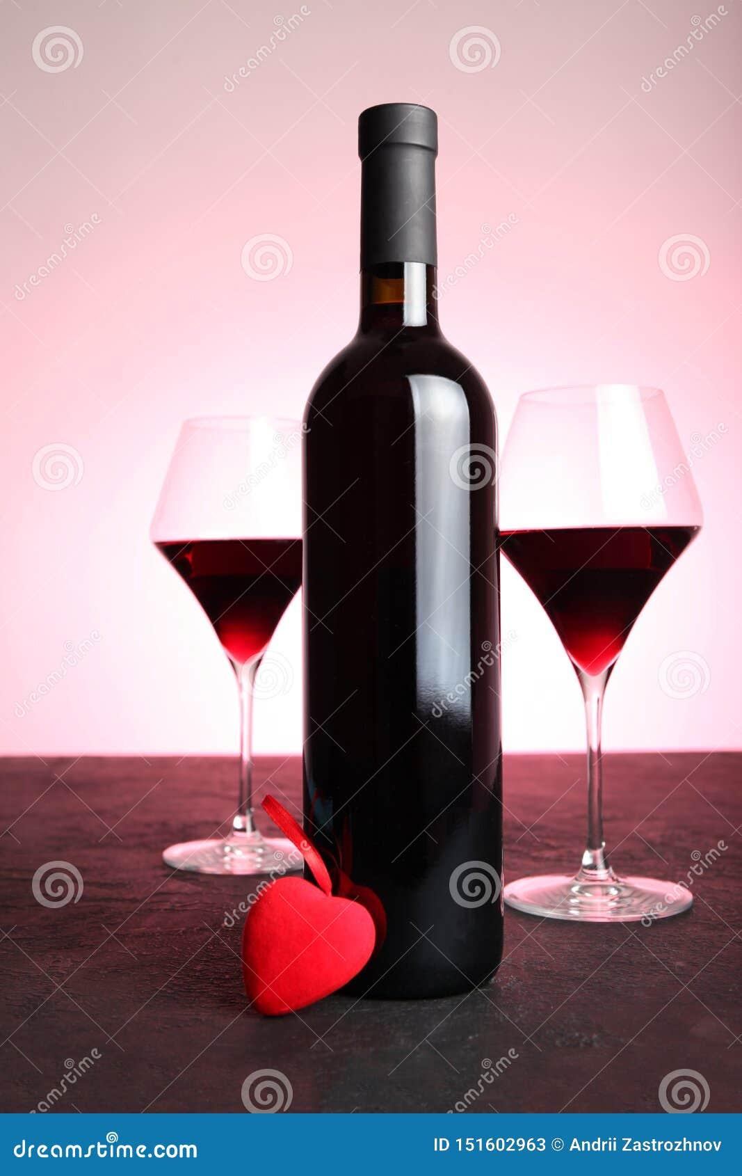Feestelijke alcoholische drank om de Dag van Valentine te vieren Rood hart