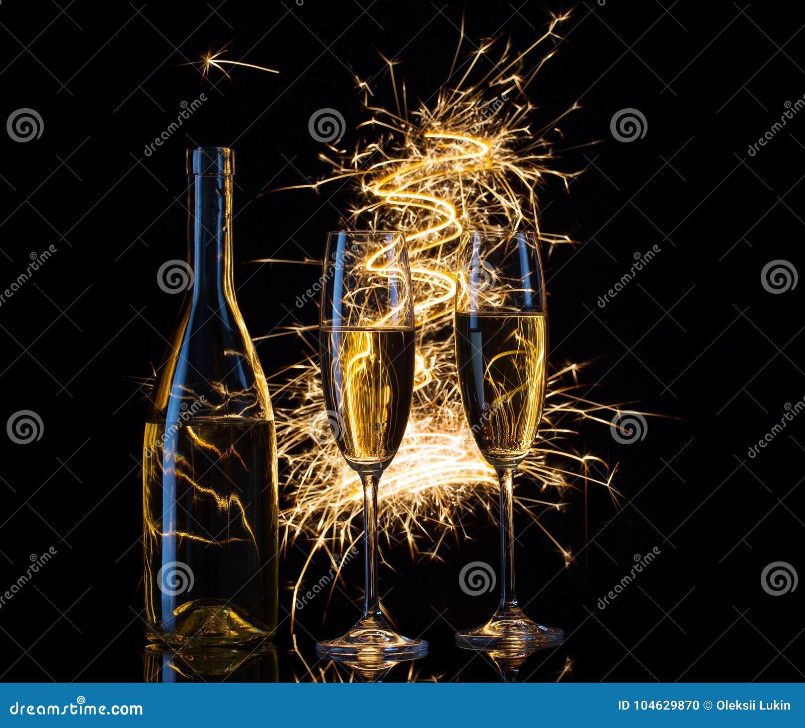 Download Feestelijke Champagne In De Vonken Van Lichten Stock Foto - Afbeelding bestaande uit champagne, concept: 104629870