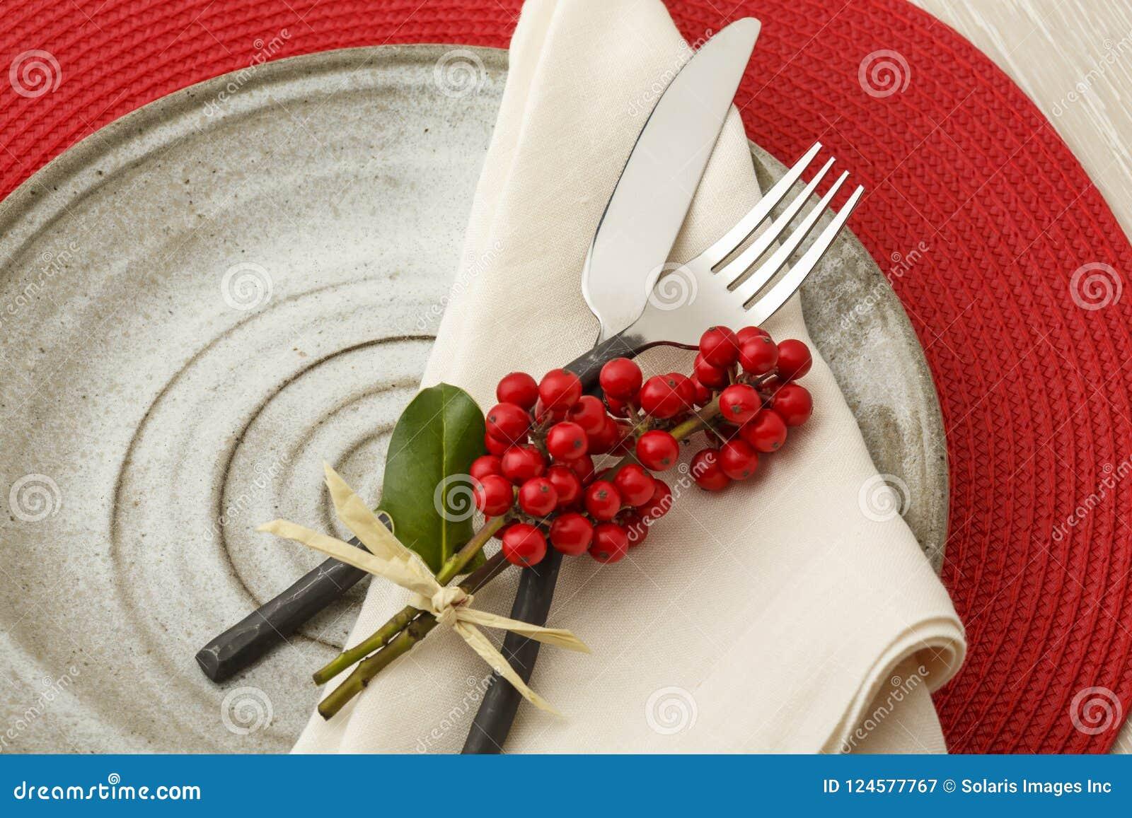 Feestelijke de lijst plaatsende plaats die van het Kerstmisdiner met natuurlijke botanische decoratie plaatsen