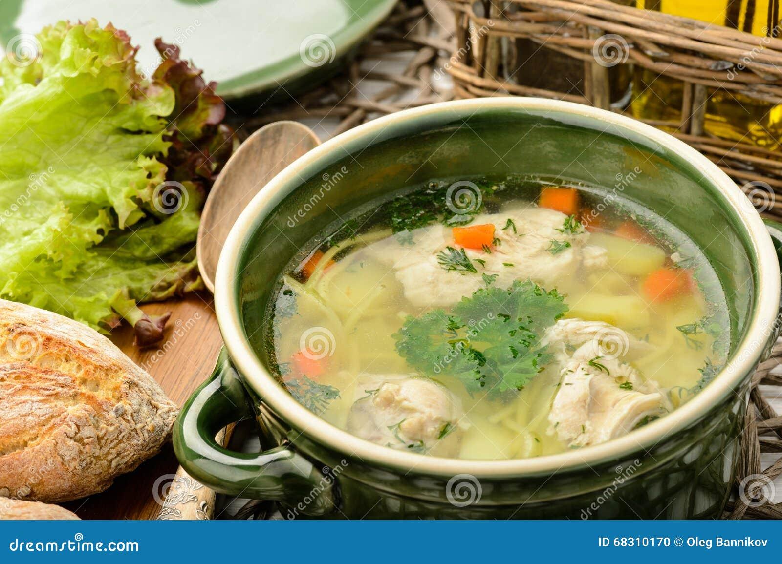 Feg soppa i keramisk bunke