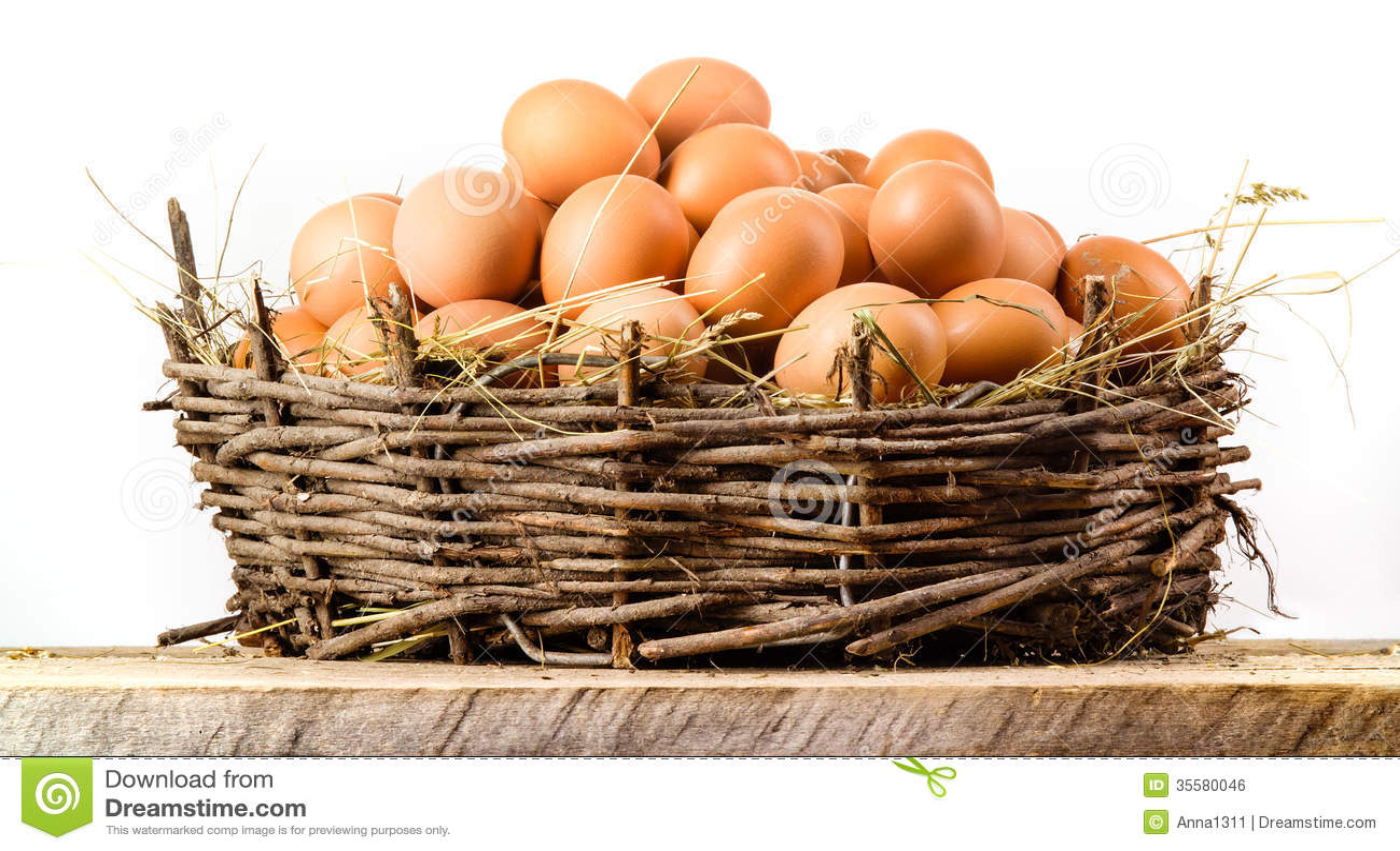 Fega ägg i det isolerade stora redet. Organisk mat