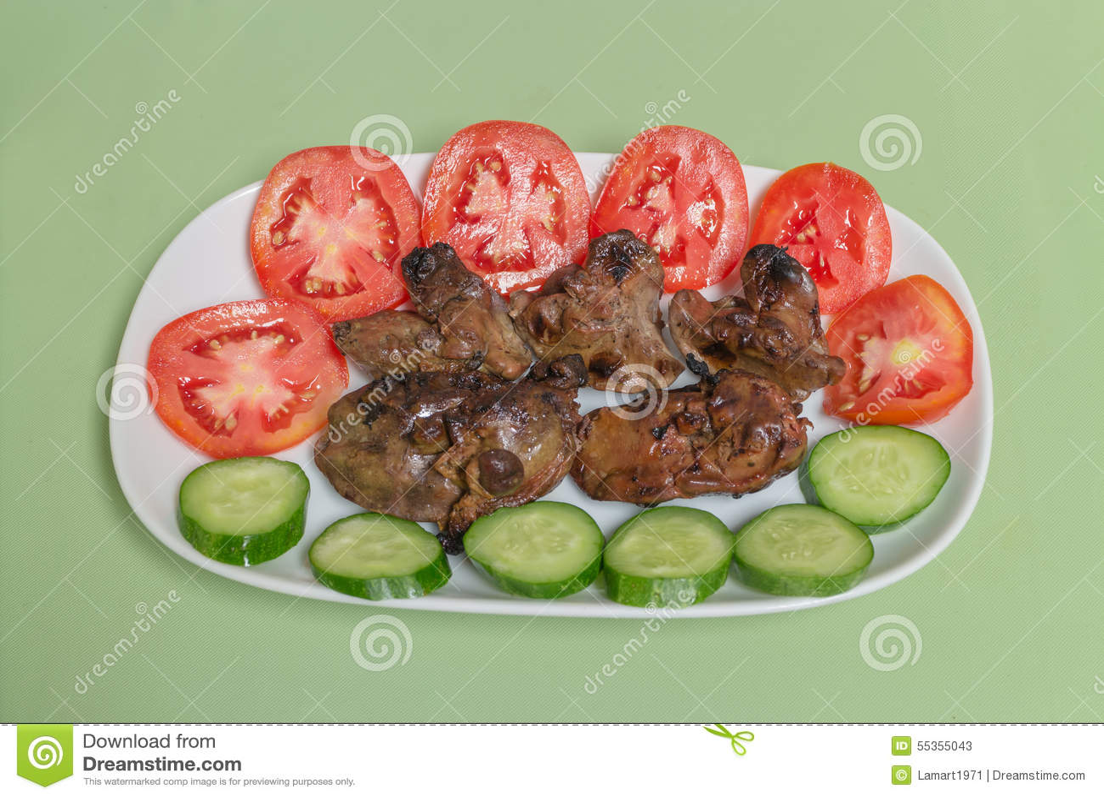 Fegato di pollo arrostito con il pomodoro ed il cetriolo