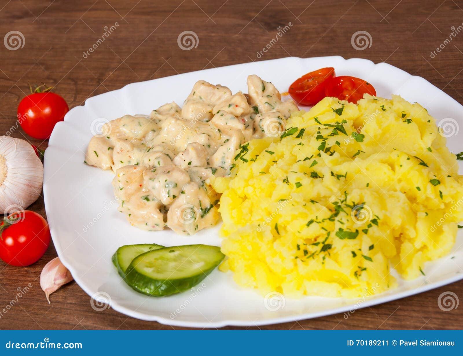 Fegt bröst i en krämig sås med mosade potatisar