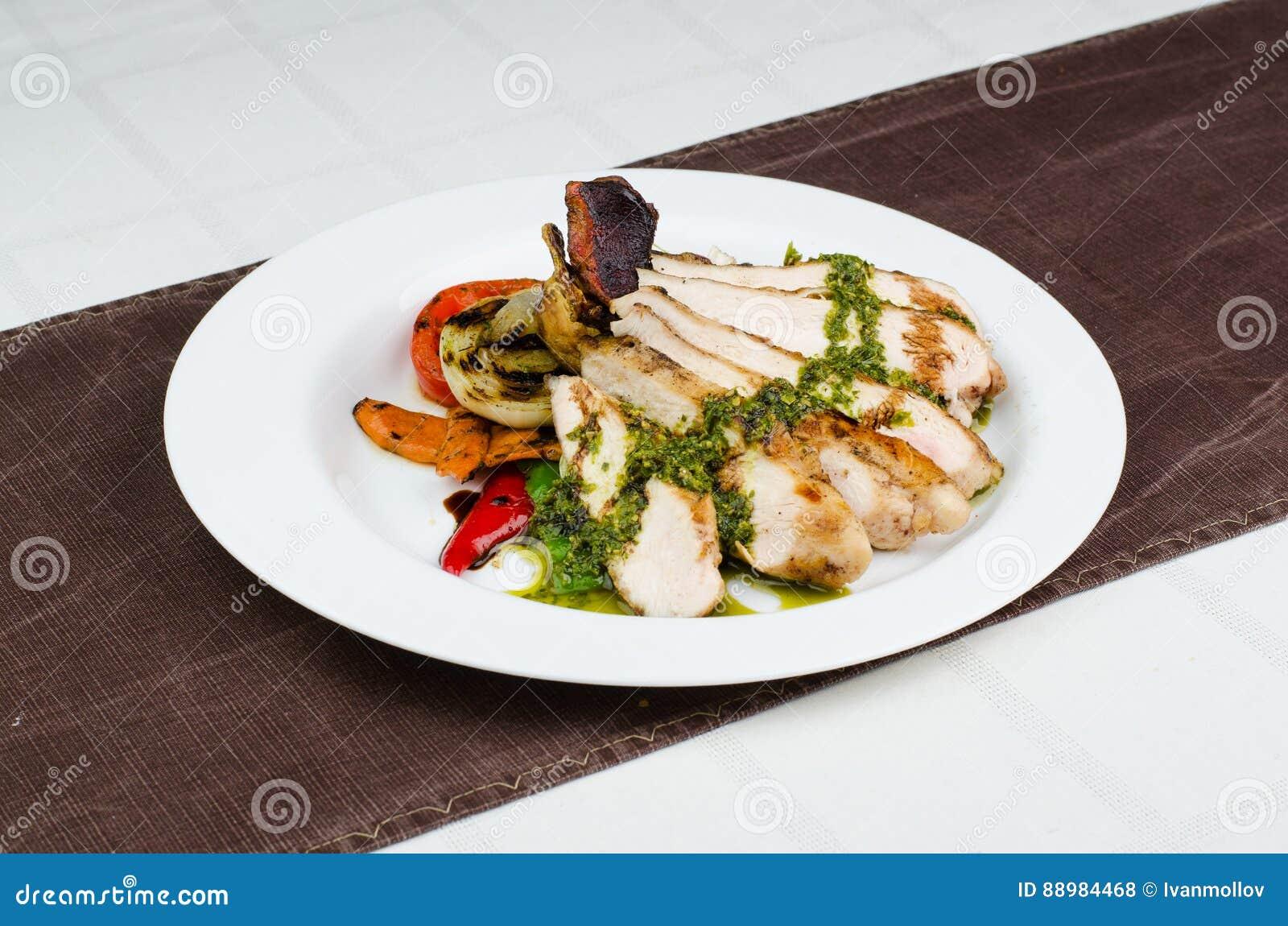 Fegt bröst med grillade grönsaker