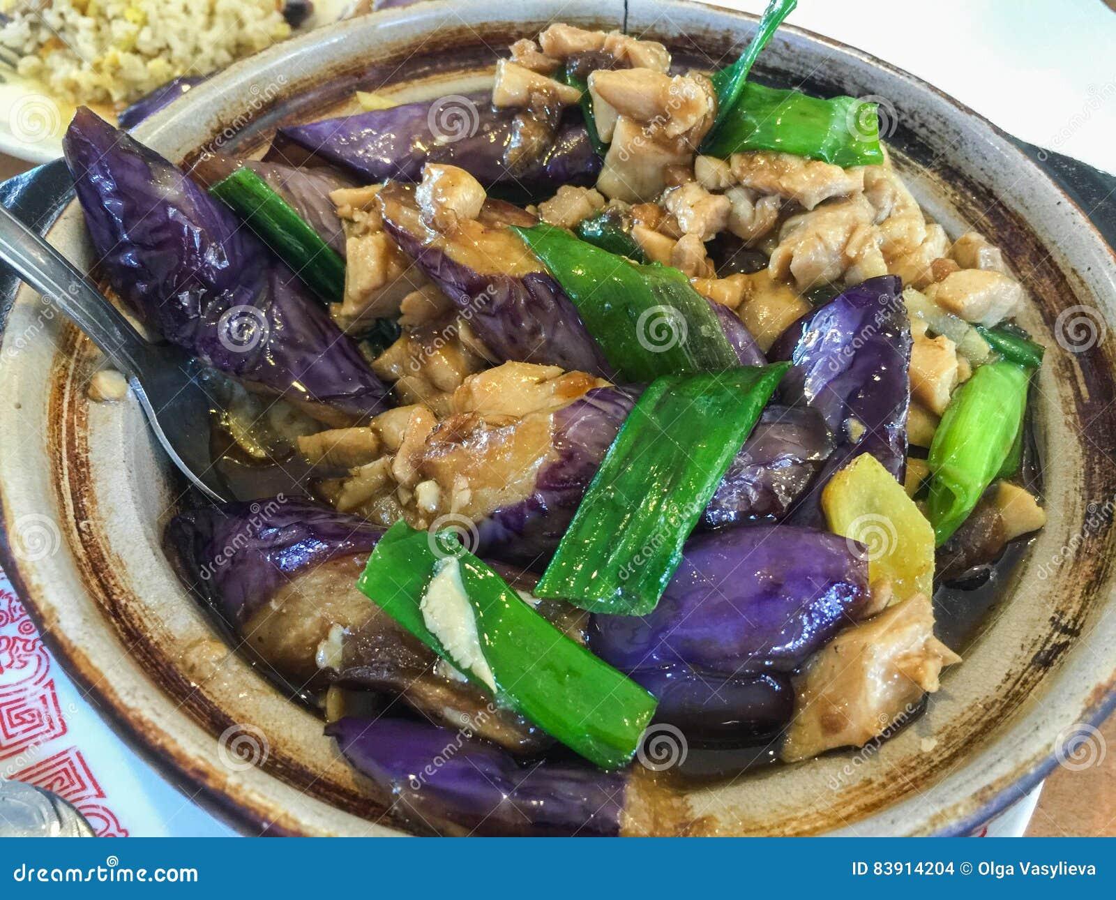 Fegt kött med aubergine och grinar löken