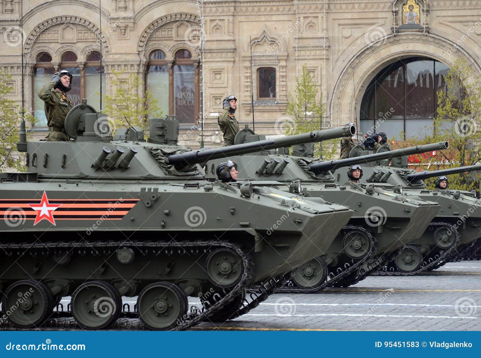Feier des 72. Jahrestages der Victory Days WWII Das BMD-4M – Kampf-Fahrzeug vom zerstreuten ist ein amphibisches Kind