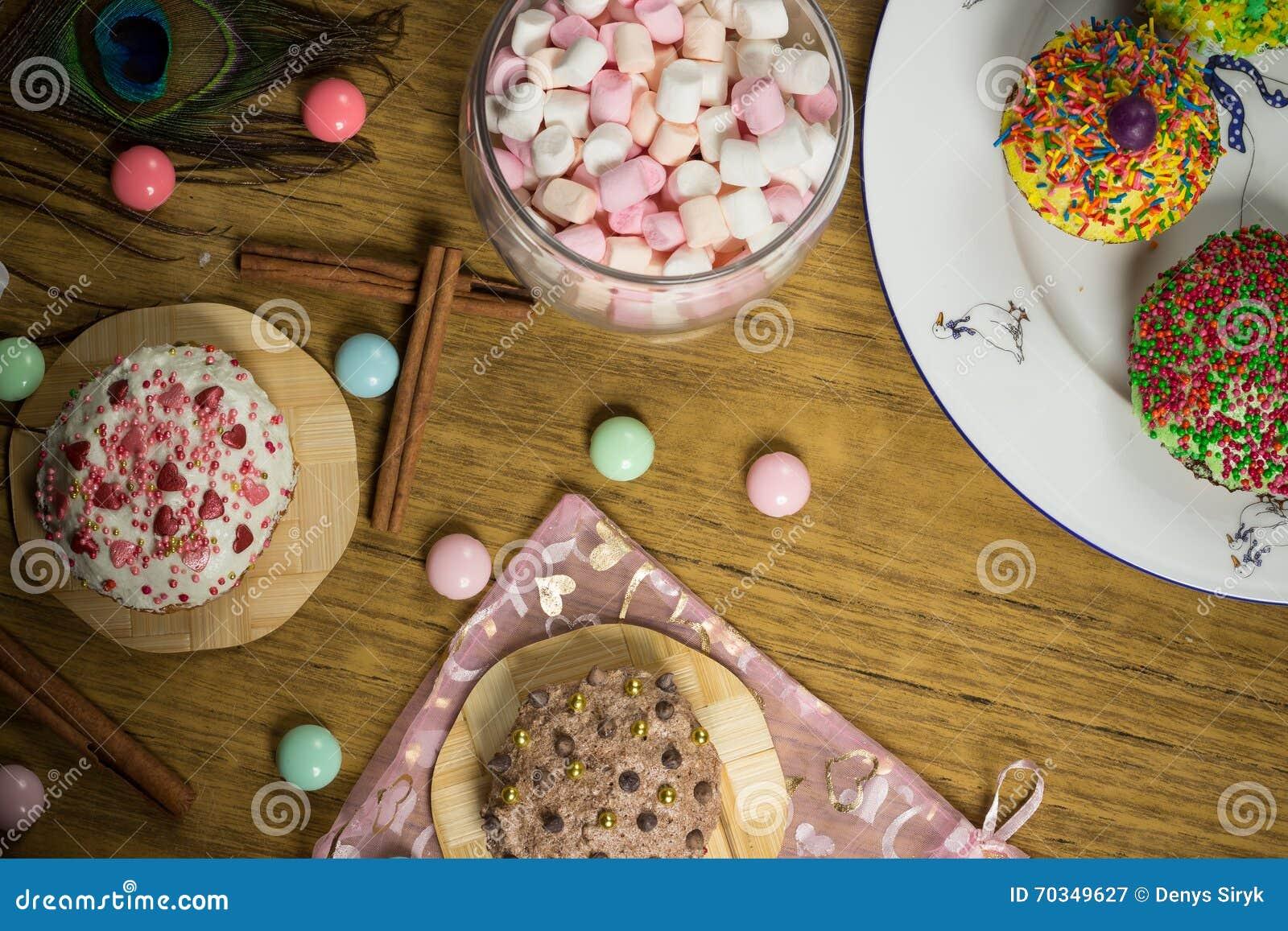 Feiern Des Eibisches Kuchen Sussigkeiten Fruchttee Auf Holztisch