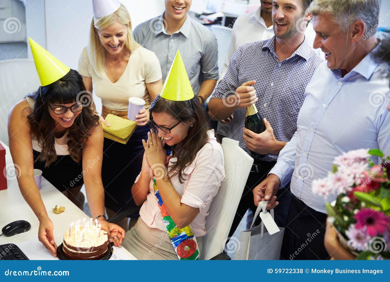 Feiern Des Geburtstages Eines Kollegen Im Buro Stockfoto Bild Von
