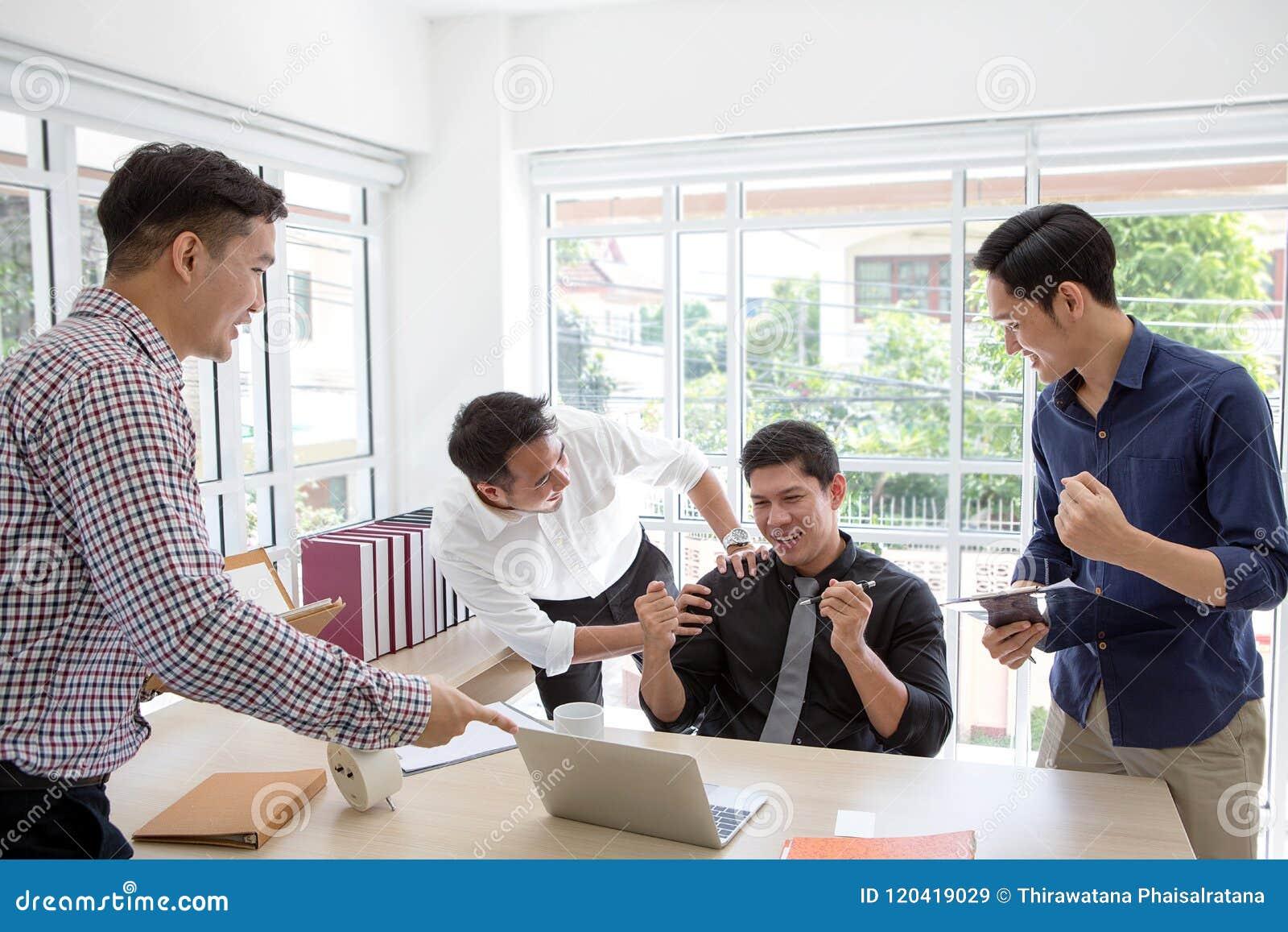 Feiern Sie Erfolg Geschäftsgruppe feiern einen guten Job in von