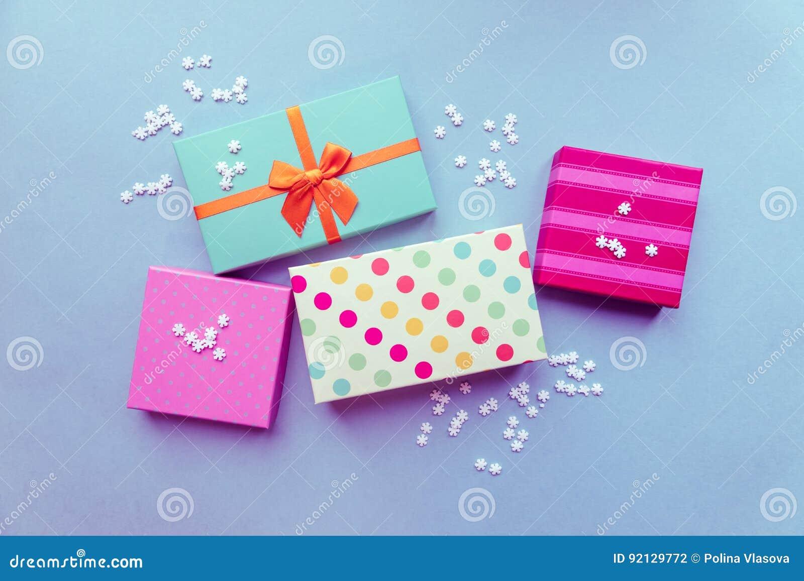 Feiertage giftboxes auf dem tadellosen Hintergrund für Mutter ` s DA
