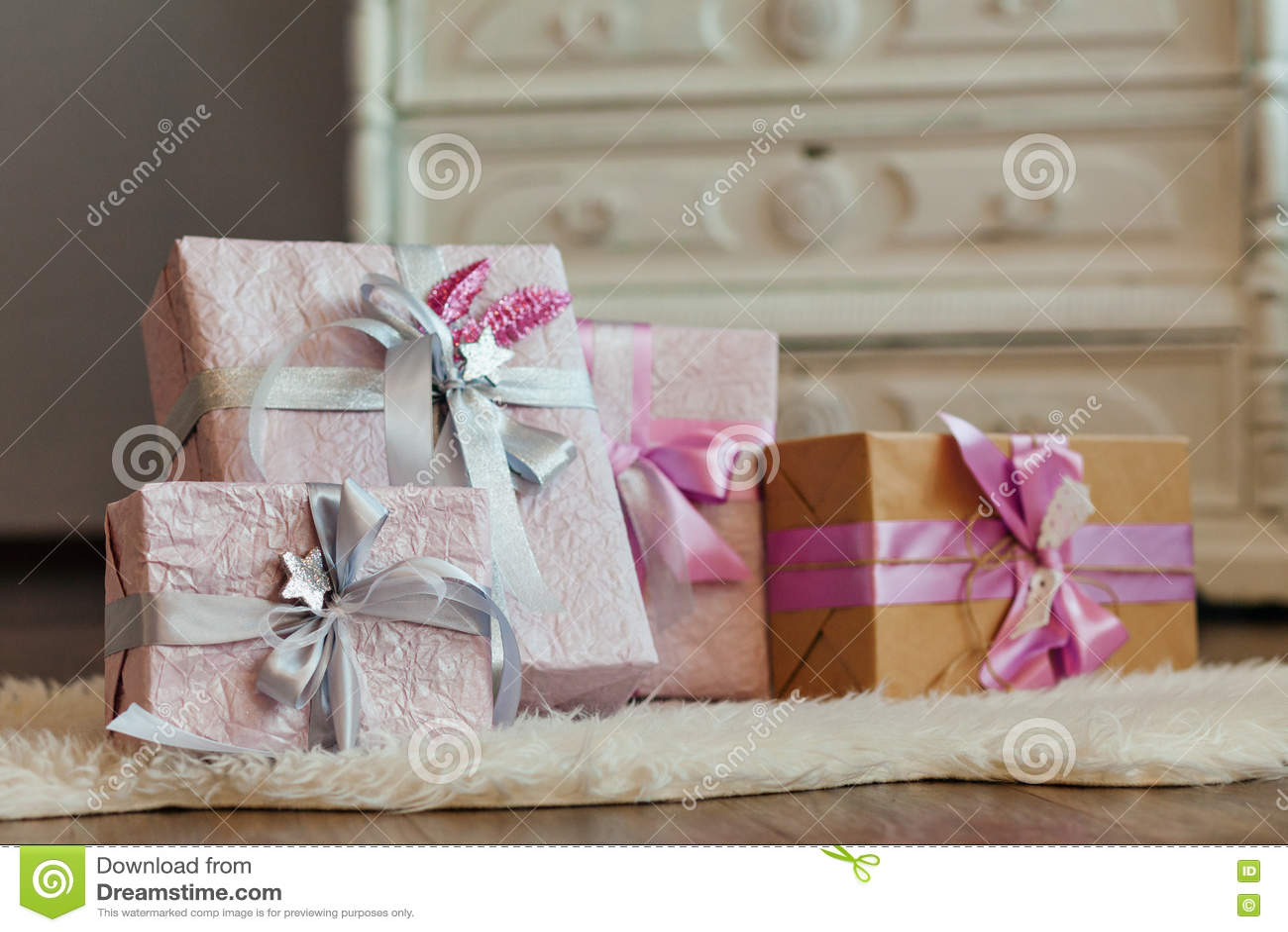 Feiertagsgeschenkkästen Verziert Mit Farbband Schönes Purpurrotes ...