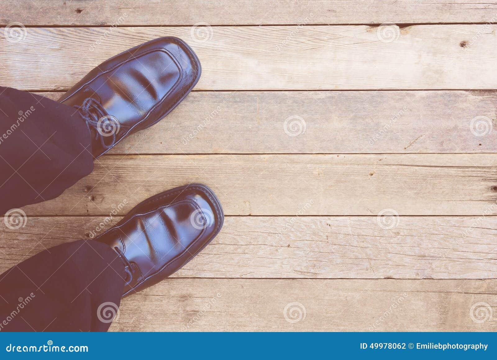 Feign osoba widok na nieociosanym drewnianym tle