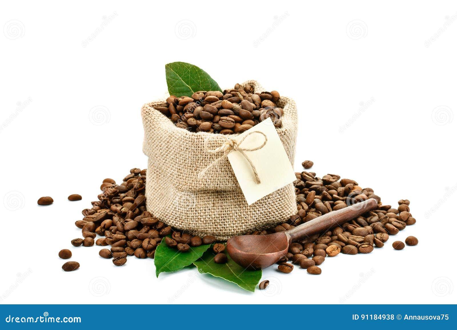 Feijões de café em um saco do pano de saco em um fundo branco com etiqueta vazia