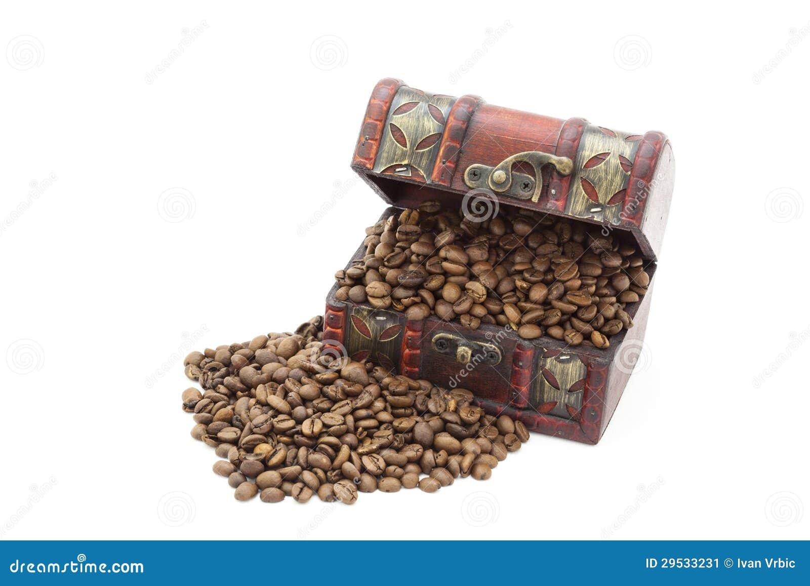 Feijões de café em uma arca do tesouro