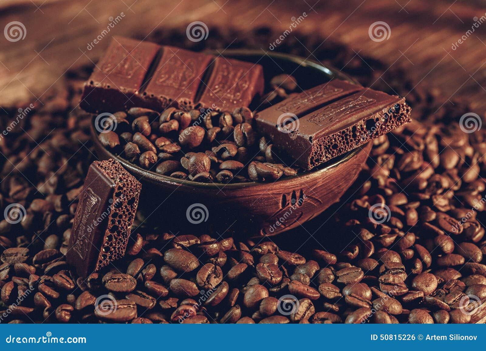 Feijões de café em uma bacia de barras de chocolate