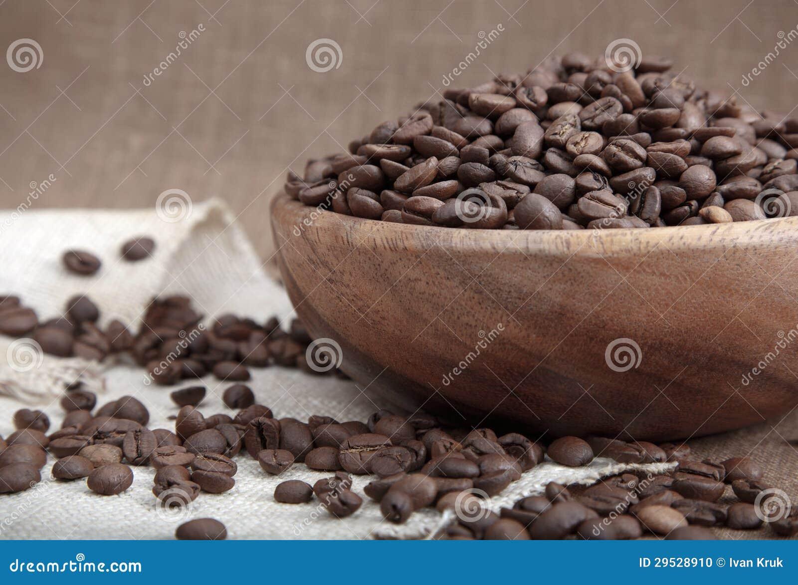 Feijões de café na bacia