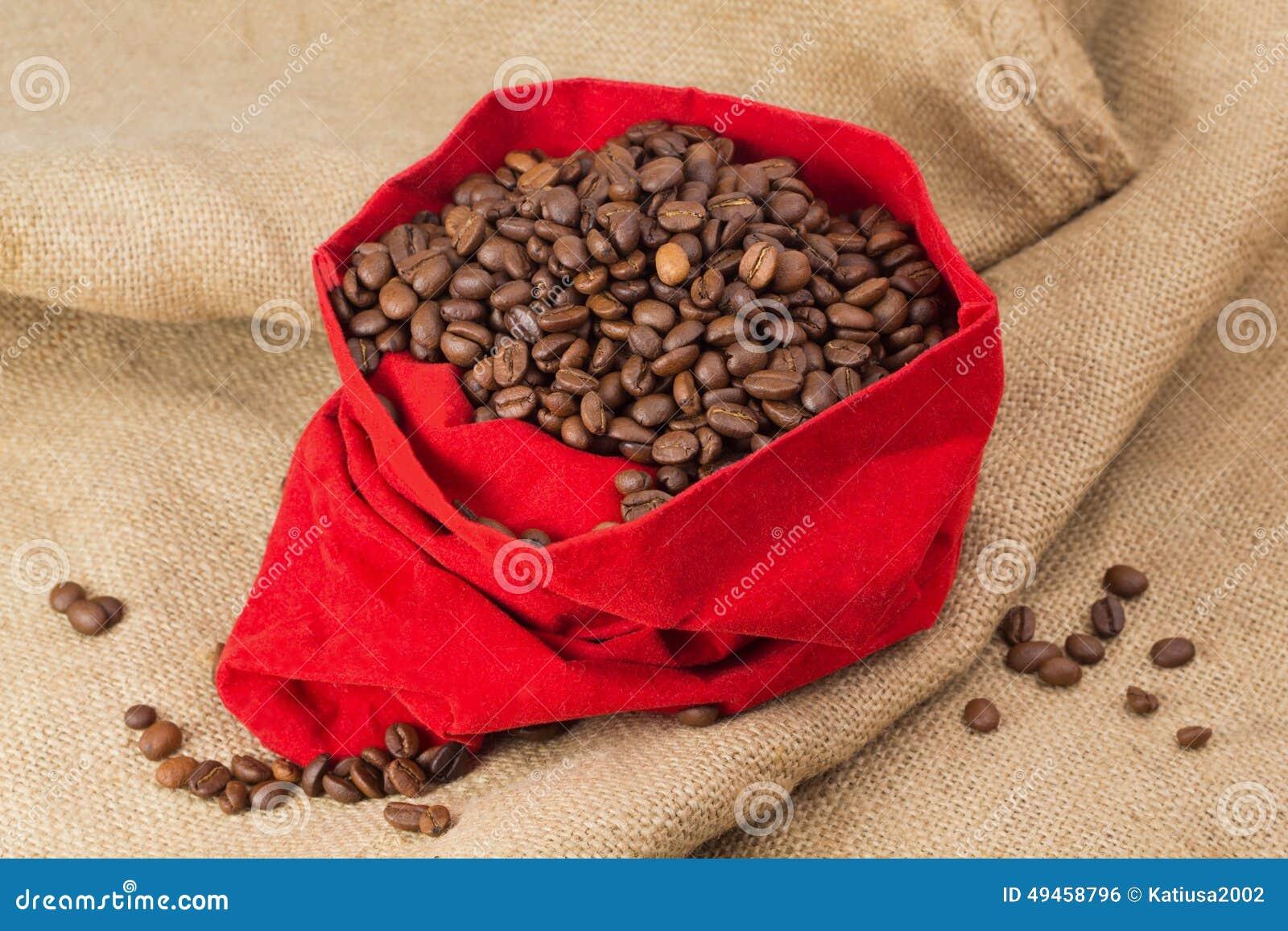 Feijões de Coffe no saco vermelho de veludo