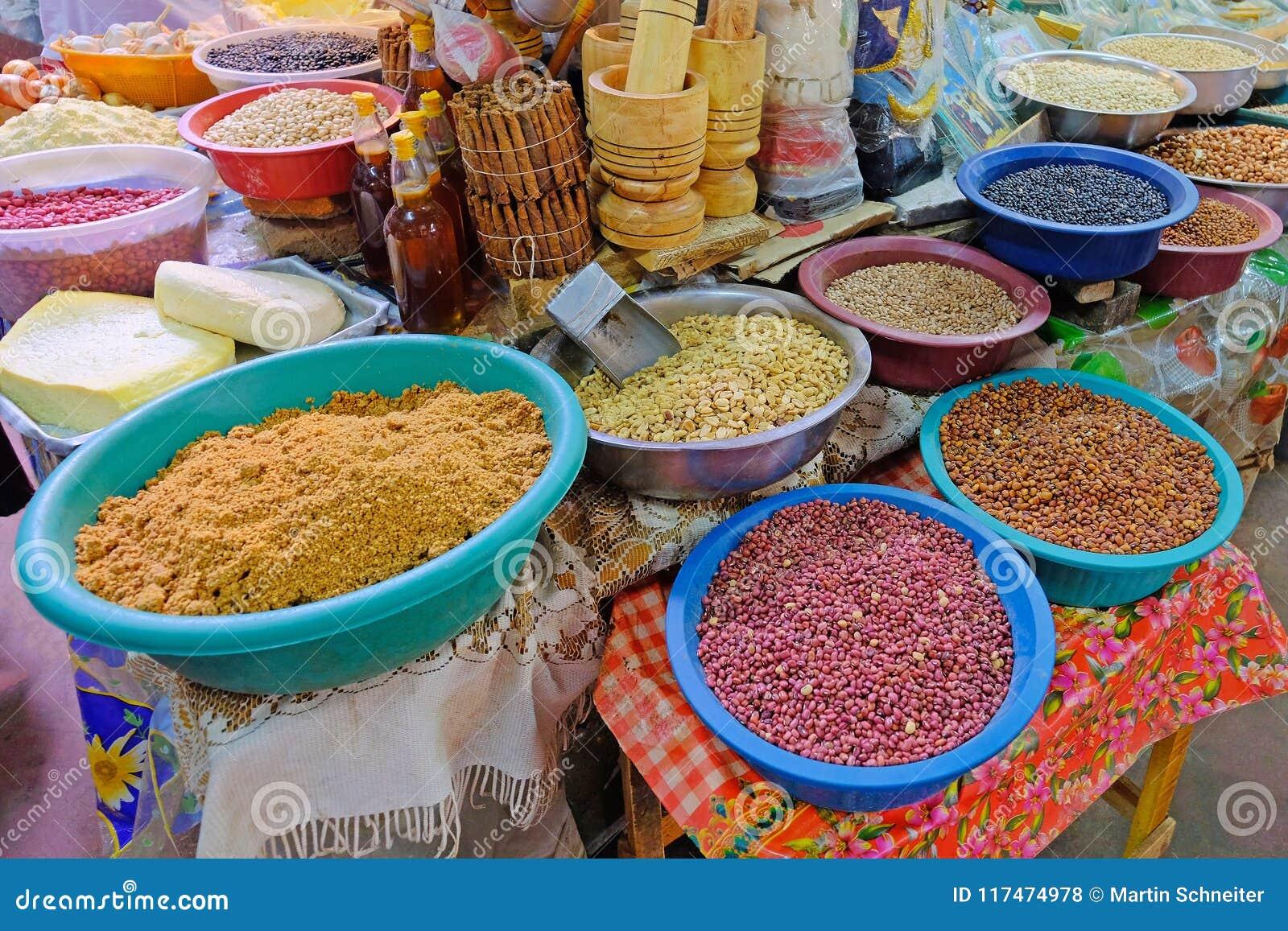 Feijões, porcas, milho e sementes em um mercado dos fazendeiros em Villarrica, Paraguai