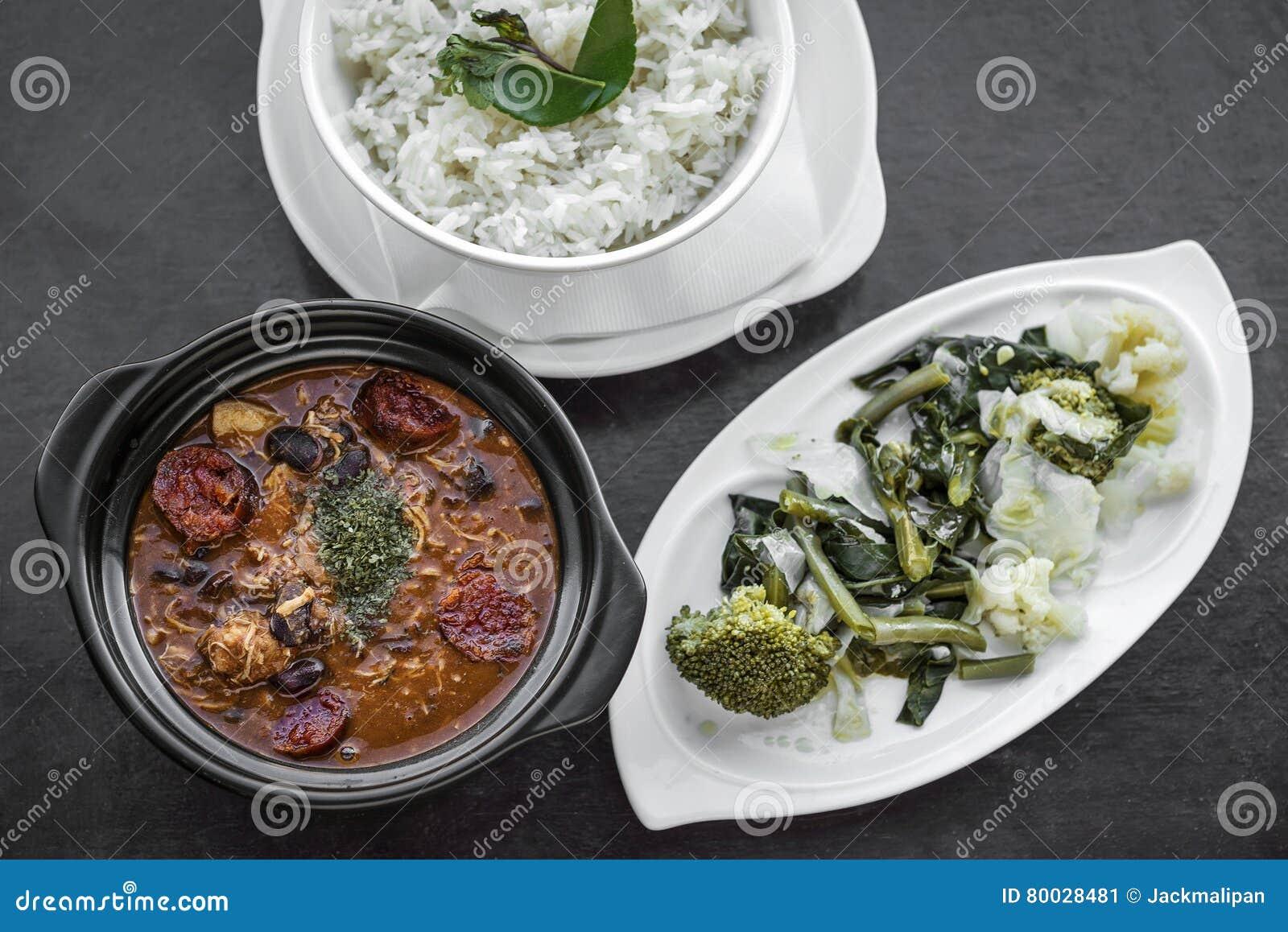 Feijoada da galinha com o traditiona picante rústico português do chouriço