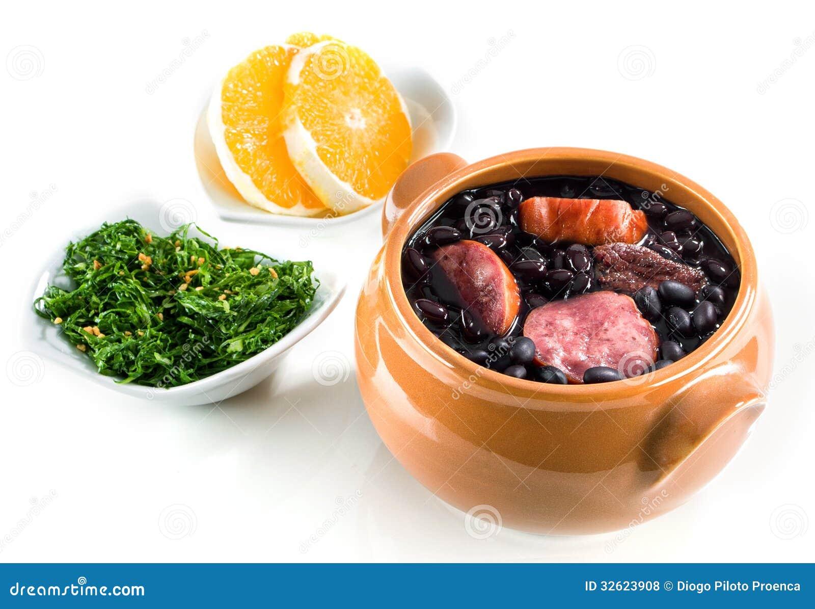 Feijoada, refeição tradicional brasileira.