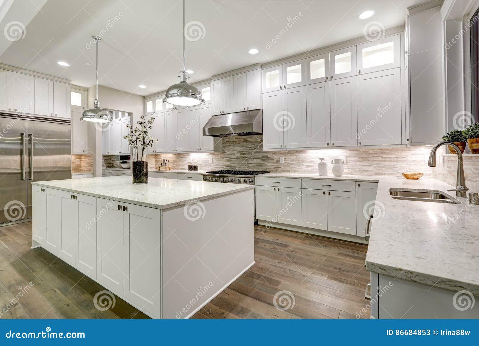 Feinschmeckerische Küche Kennzeichnet Weißen Cabinetry Stockbild ...