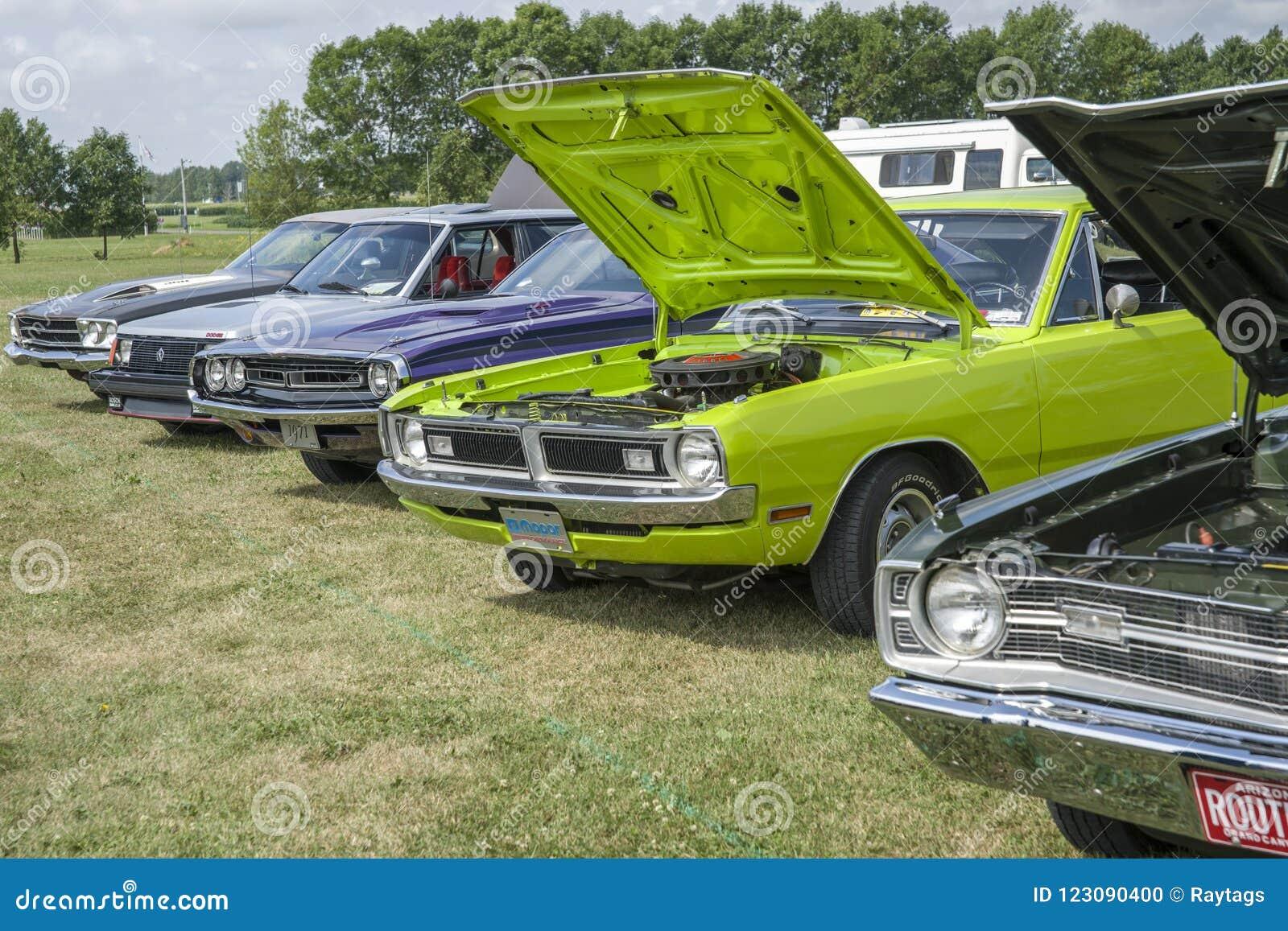 Feira automóvel com carros do vintage