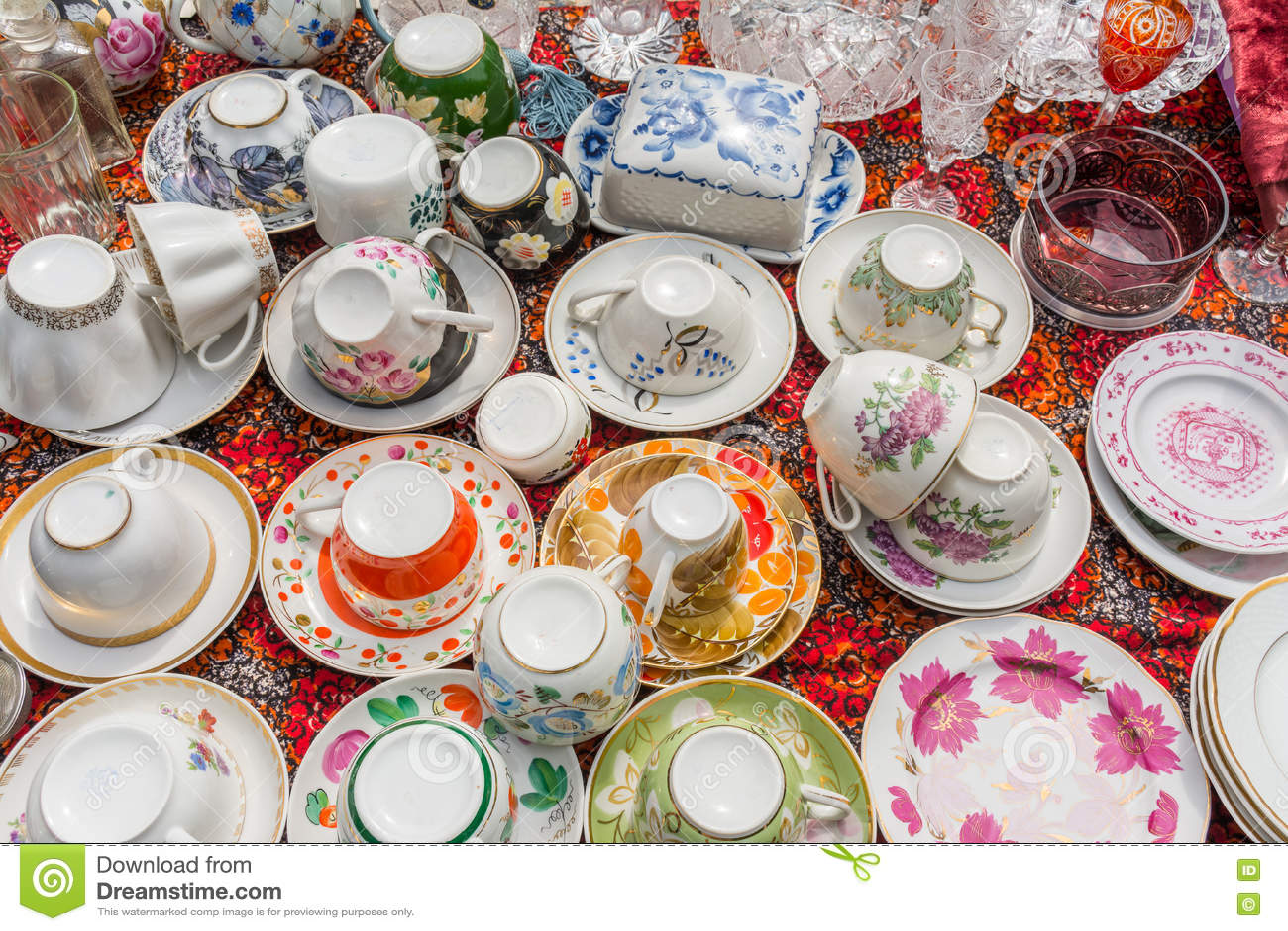 Feira da ladra velha do kitchenware (placas, copos etc.)