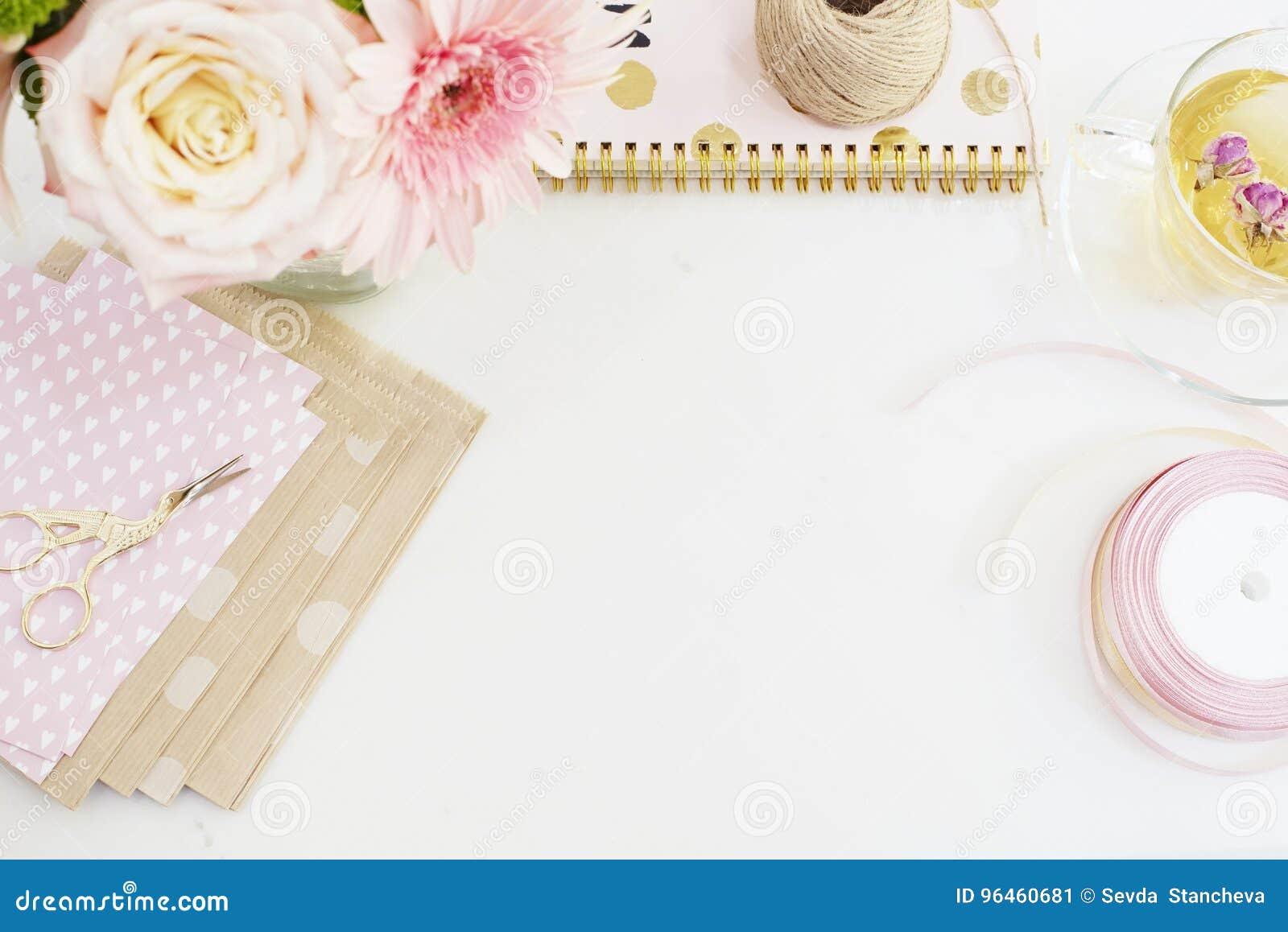 Feito a mão, conceito do ofício Bens feitos a mão para empacotar - retorça, fitas Conceito feminino do local de trabalho Feminili