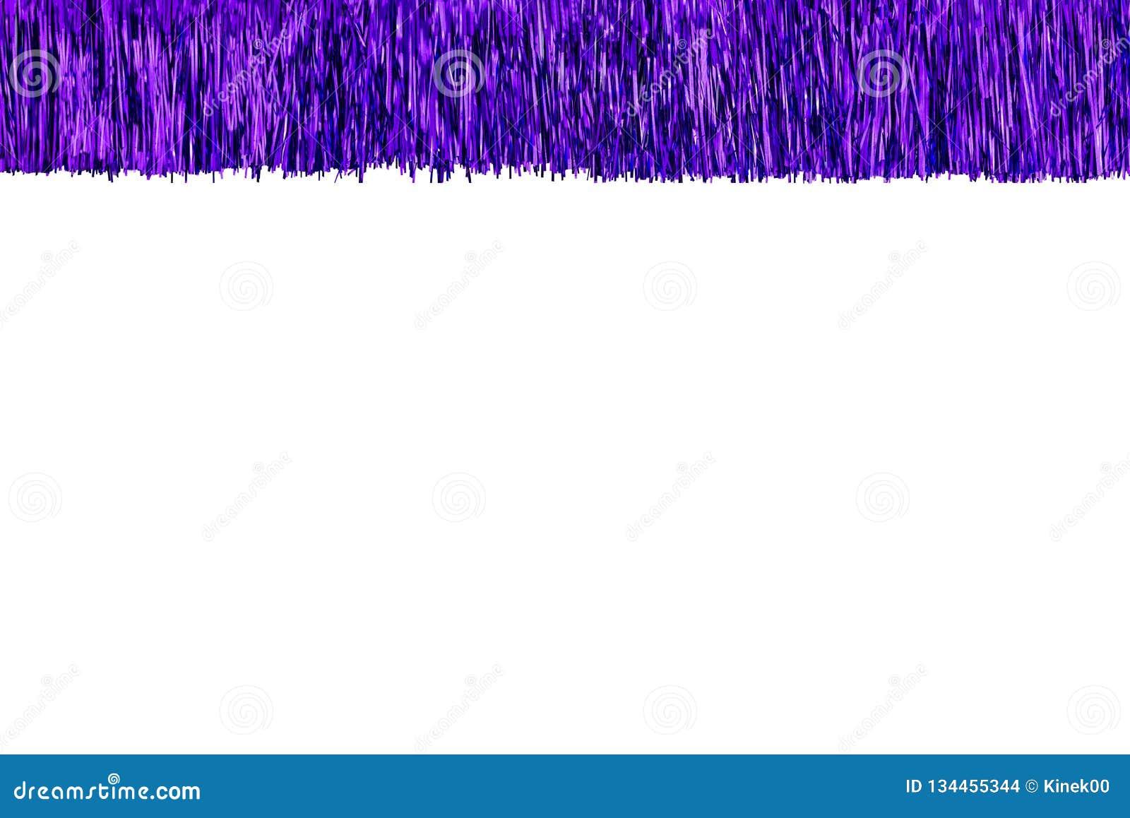 Feld gemacht vom purpurroten Lametta, lokalisiert auf weißem Hintergrund mit Beschneidungspfad- und Kopienraum in der Mitte Dekor