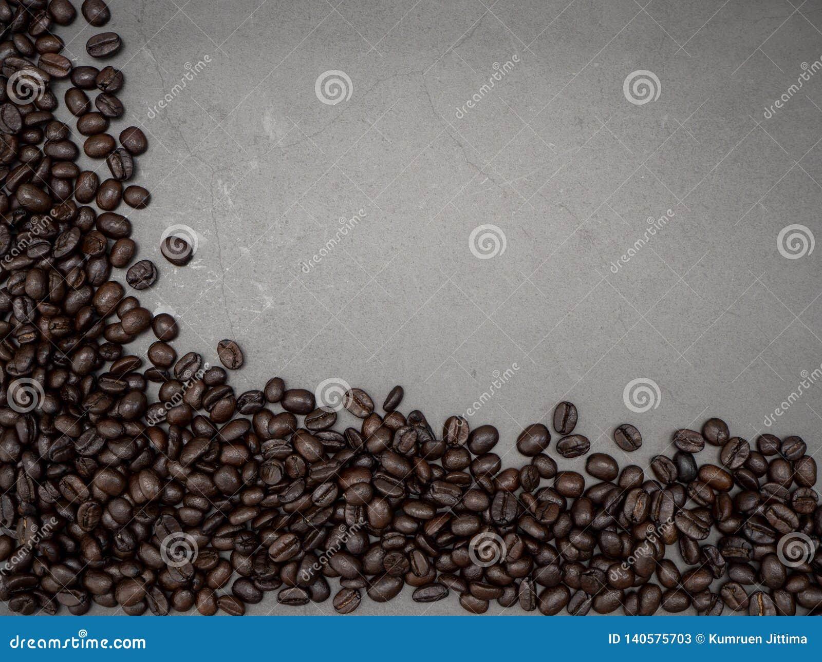 Feld-Kaffeebohnen auf dunklem Hintergrund