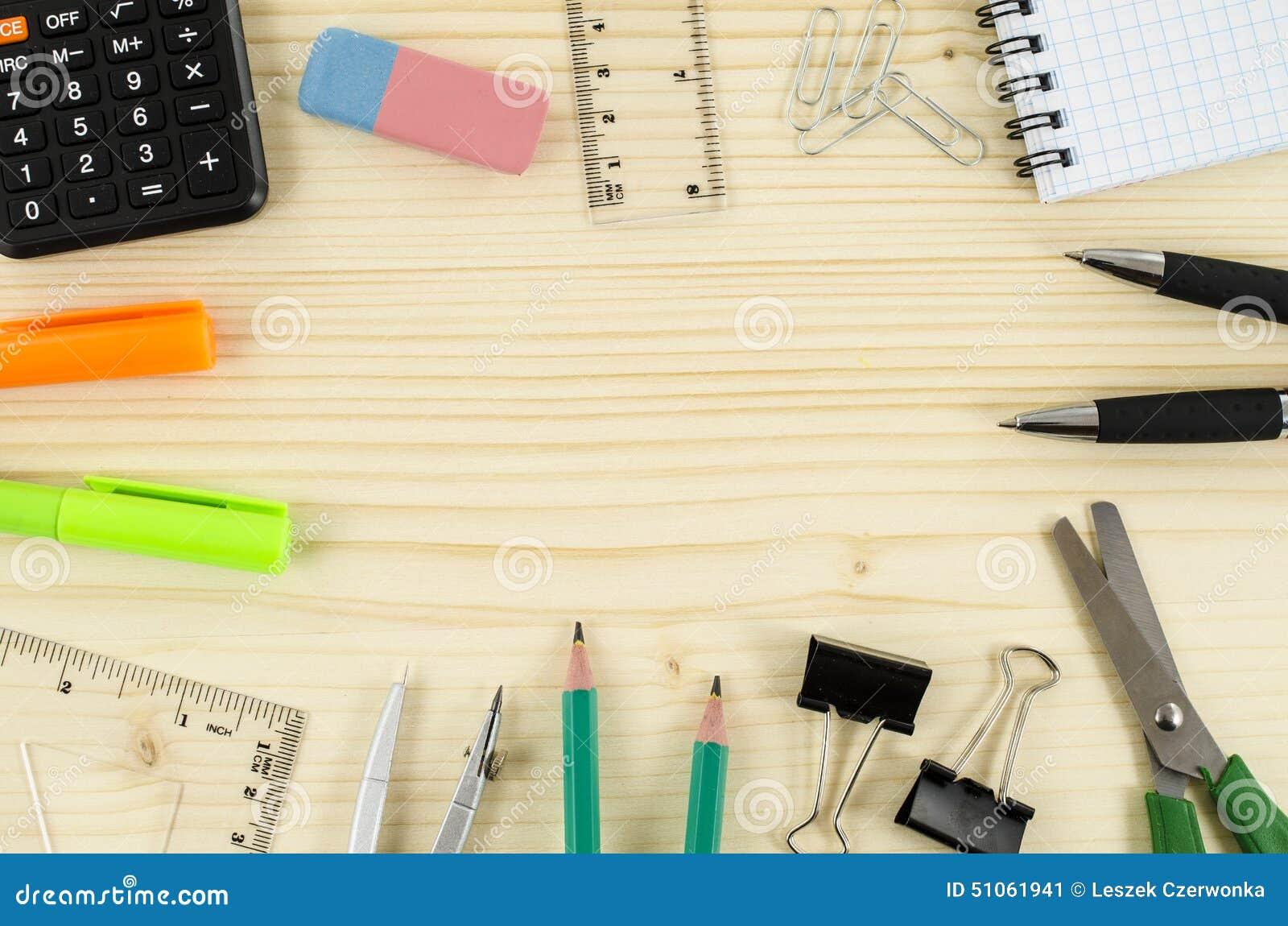 Feld von Bürowerkzeugen auf Holztisch