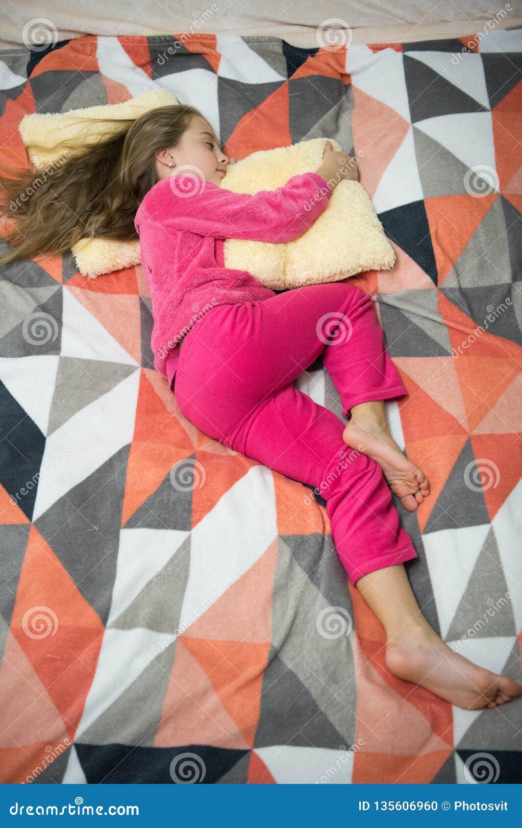 Felicidad de la niñez Poco muchacha feliz en dormitorio Buenos días El día de los niños internacionales Partido de pijama Buenas