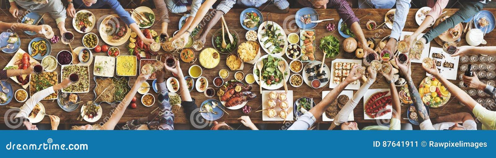 Felicidad de los amigos que disfruta de concepto de la consumición de Dinning