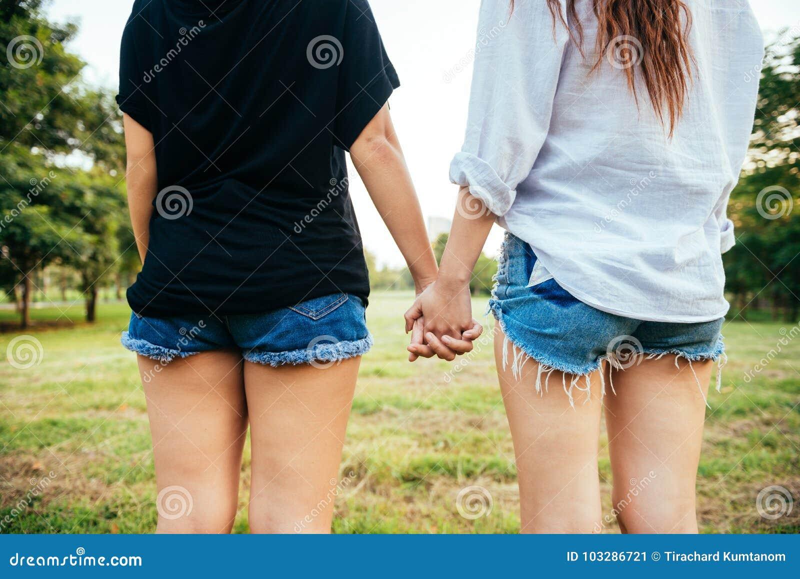 Felicidad lesbiana de los momentos de los pares de las mujeres de LGBT Concepto lesbiano de los pares de las mujeres junto al air