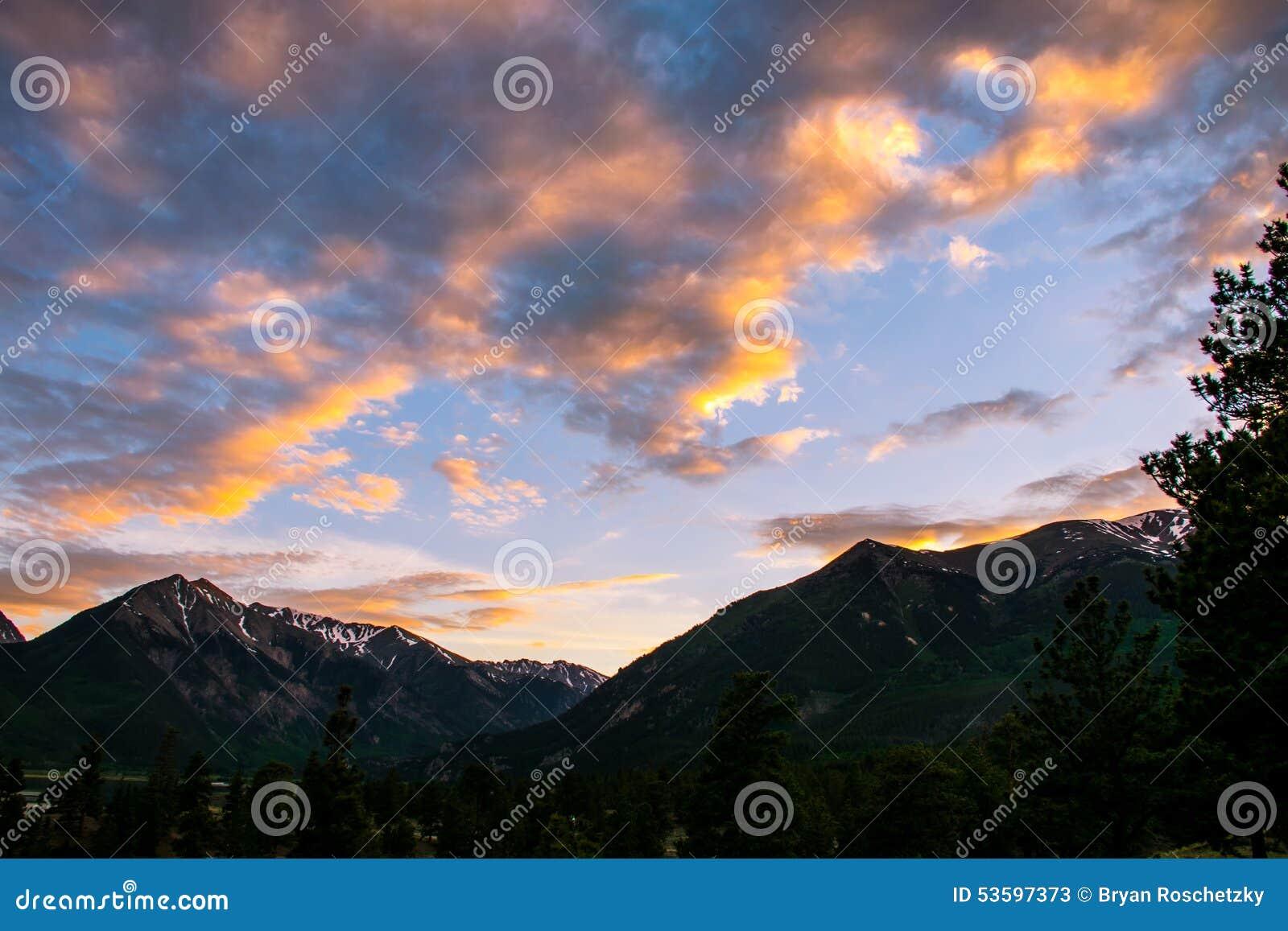 Felicidade alpina do âmbar do fulgor do cloudscape gêmeo do por do sol do lago