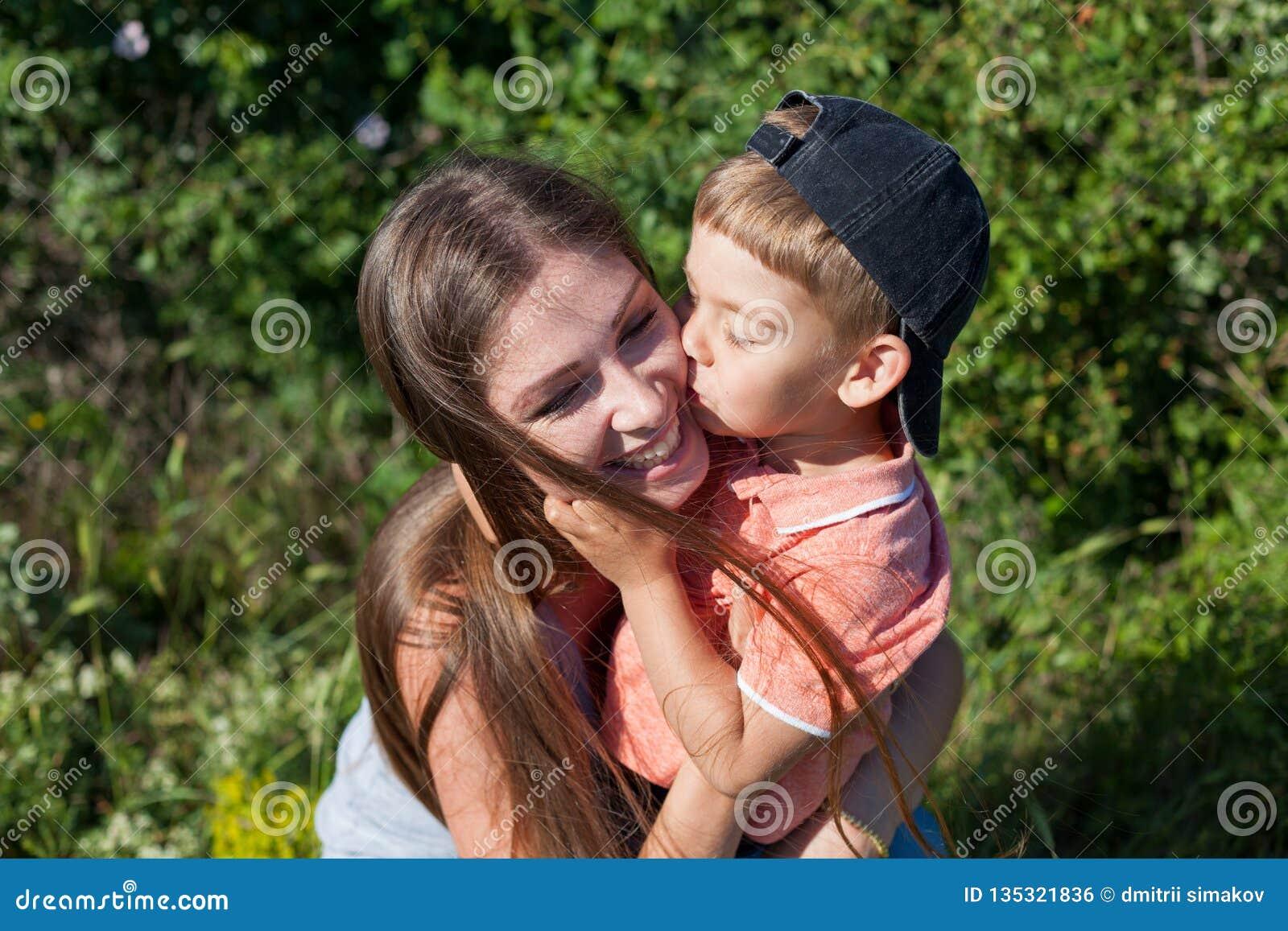 Felicidade da família do parque do jogo da mãe e do rapaz pequeno