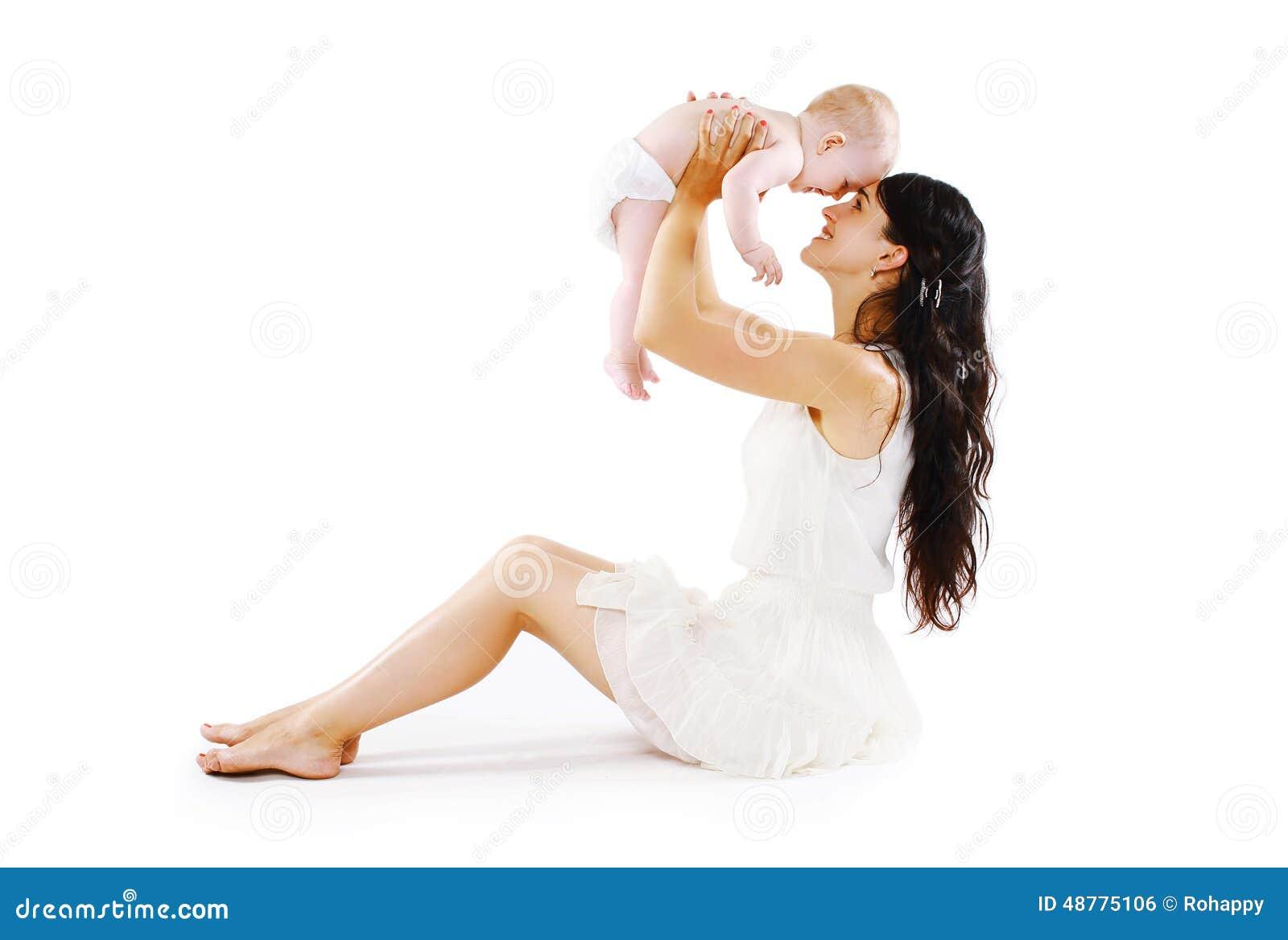 A felicidade da mãe Mamã nova com seu bebê bonito que tem o divertimento