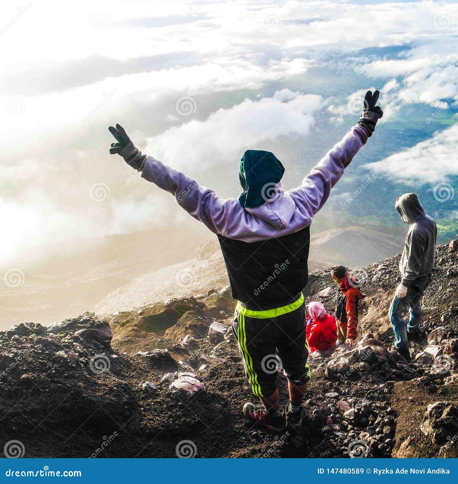 Felicit? dopo il raggiungimento della cima della montagna di Kerinci, Jambi, Indonesia